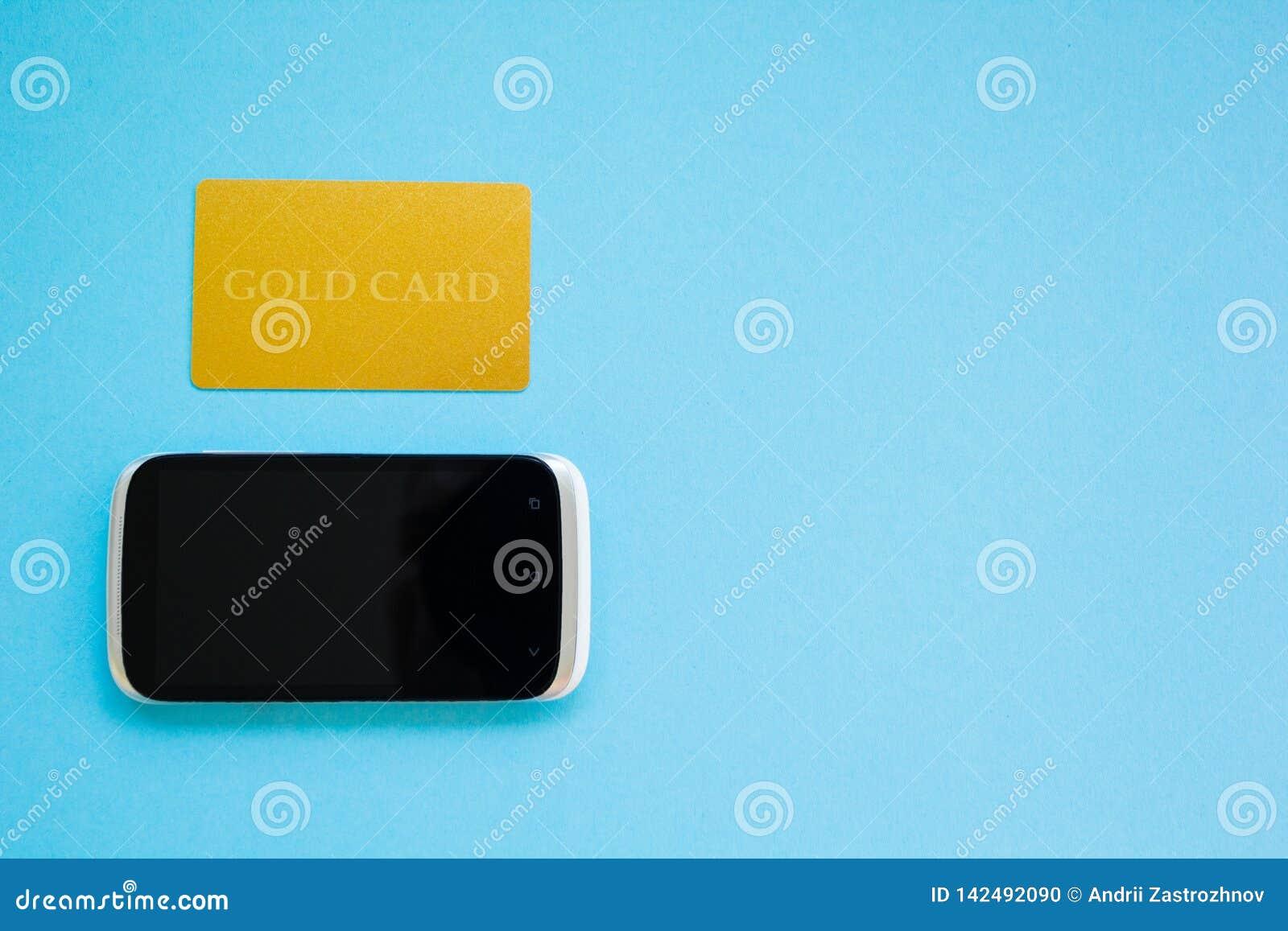 Kopend producten online, betaling die een gouden kaart, online het winkelen concept, blauw thema gebruiken