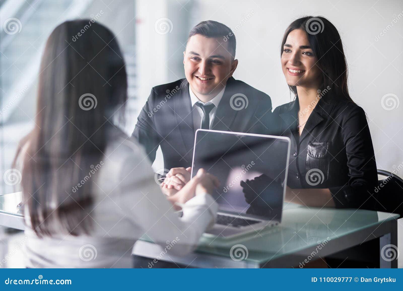 Kopend speciaal iets Het jonge het houden van paar plakken aan elkaar en het bekijken vrouwenzitting voor hen het bureau