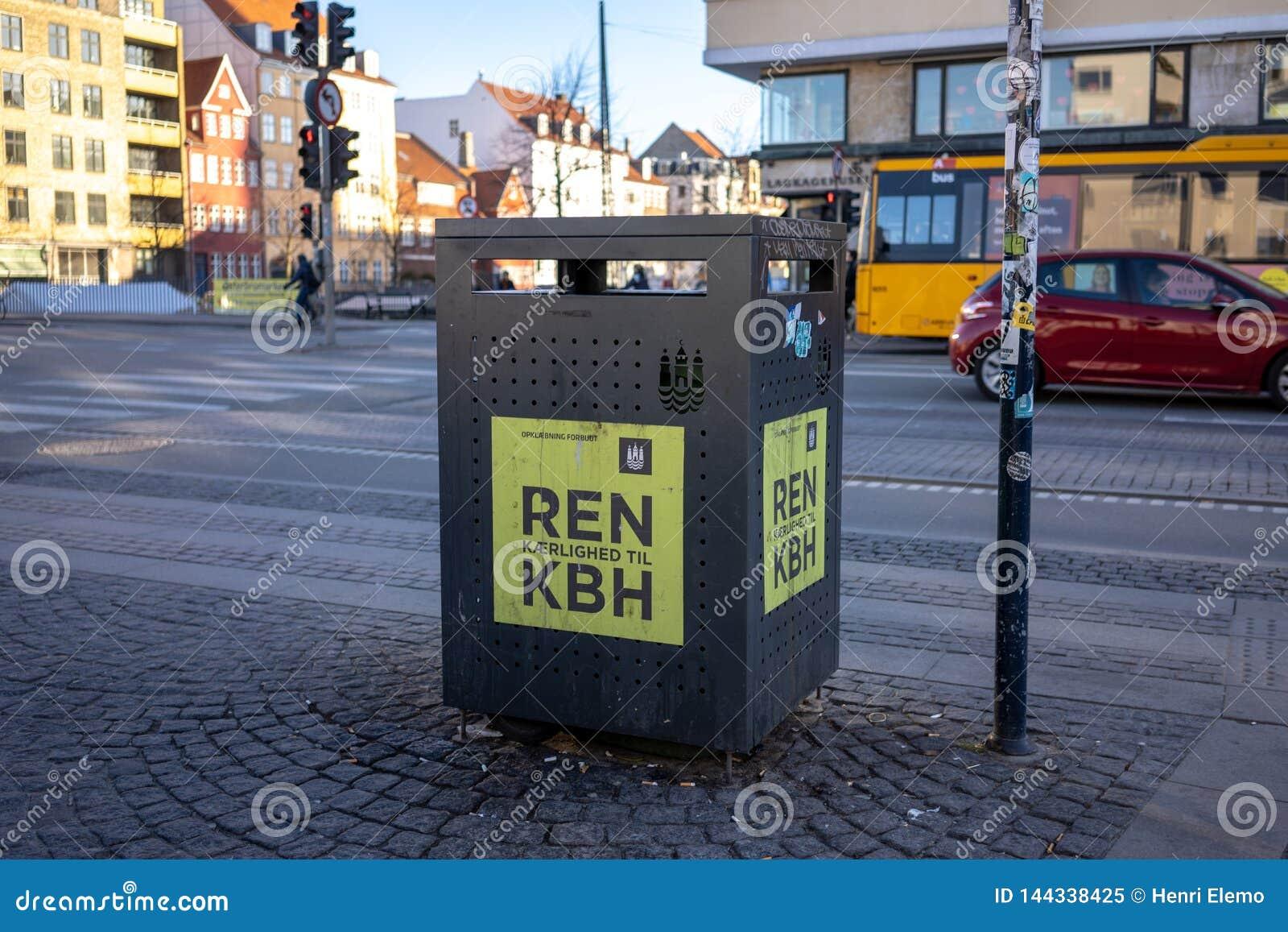 Kopenhagen, Dänemark - 1. April 2019: Abfalleimer nahe bei einer Straße für Mischwasser in Christianshavn, nahe bei einer Straße