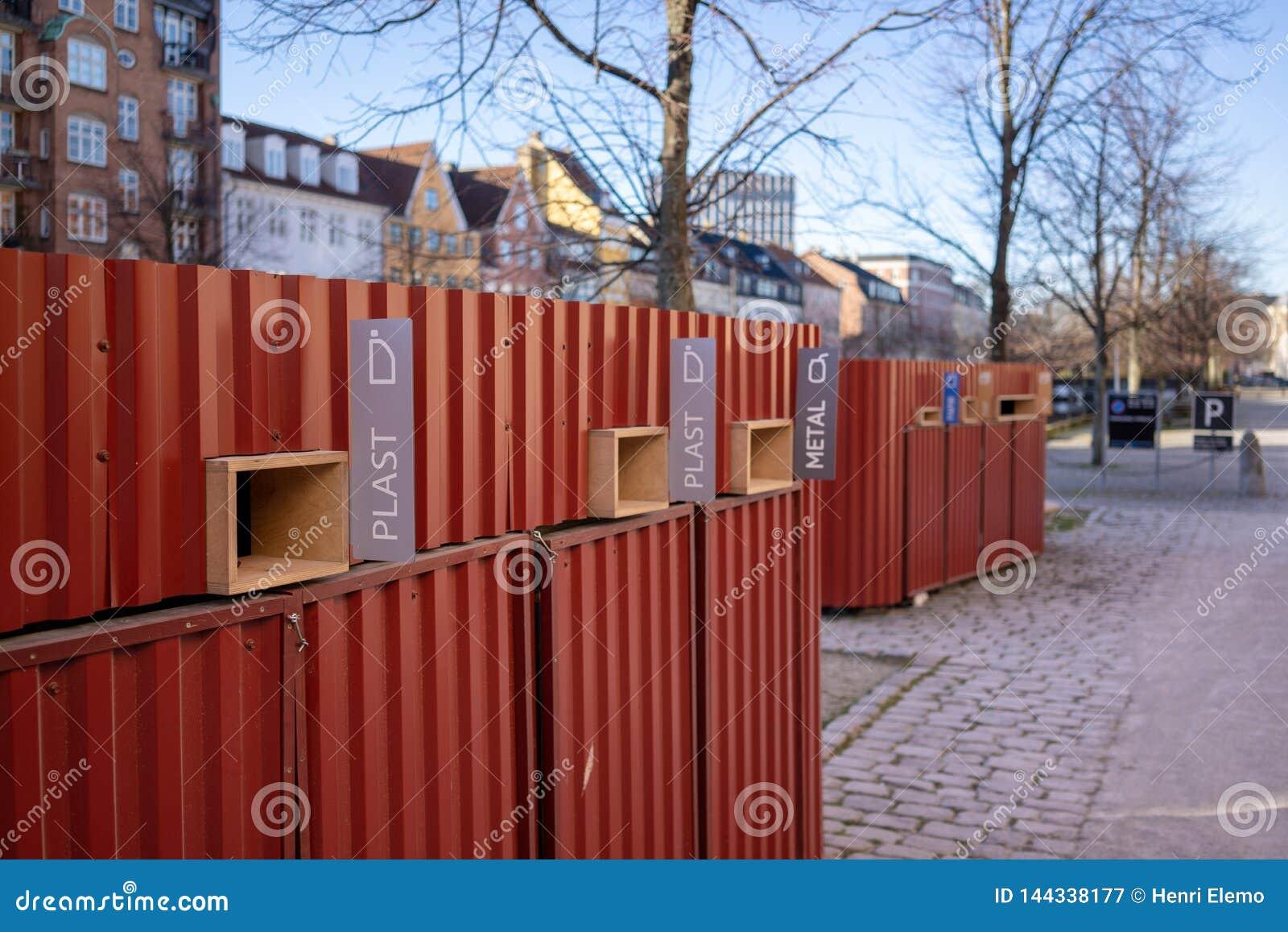 Kopenhagen, Denemarken - April 1, 2019: Afvalbak voor gemengd afval naast een kanaal in Christianshavn in Kopenhagen