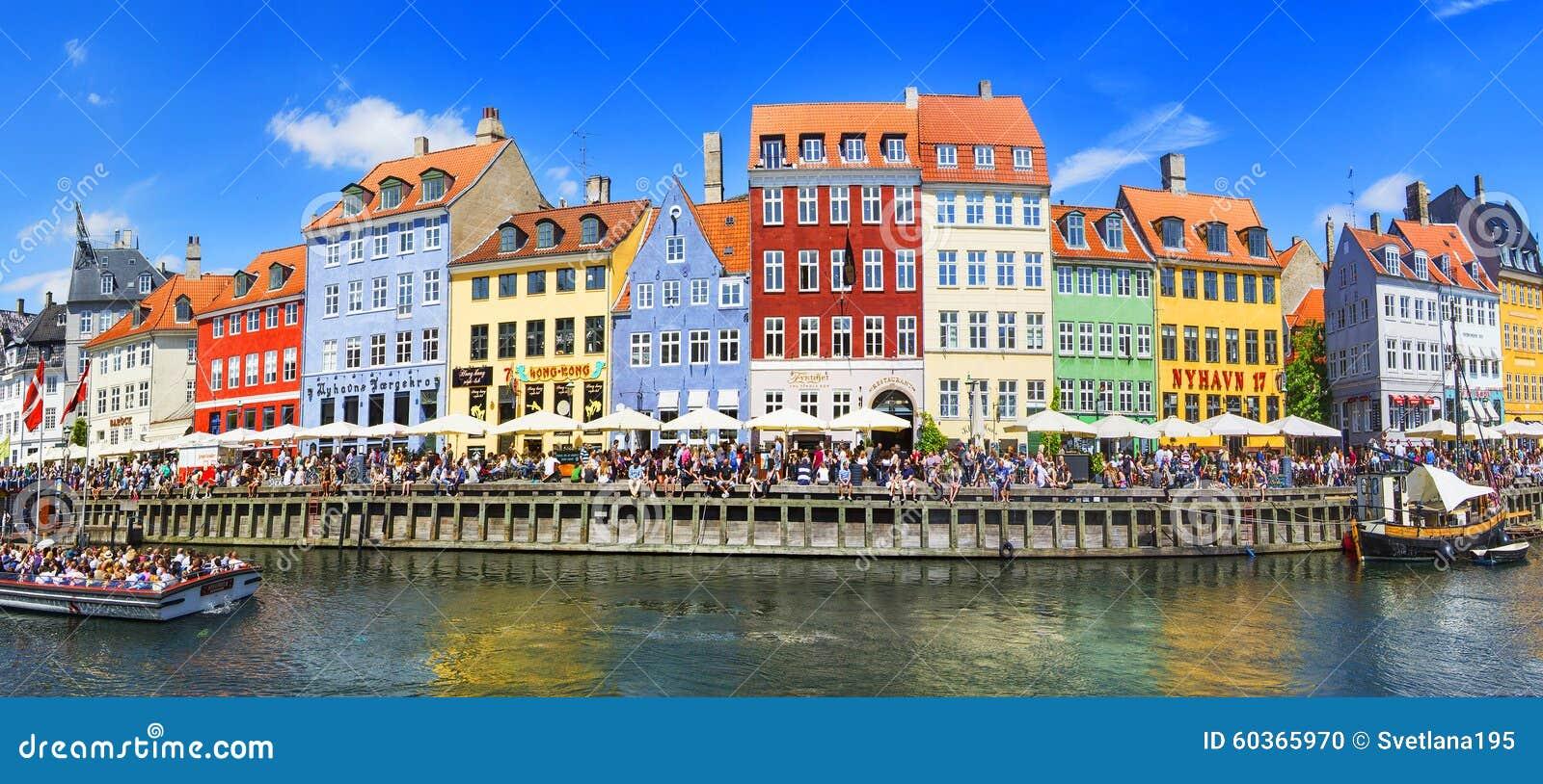KOPENHAGEN, DENEMARKEN - JULI 07: Nyhavndistrict in Kopenhagen denemarken