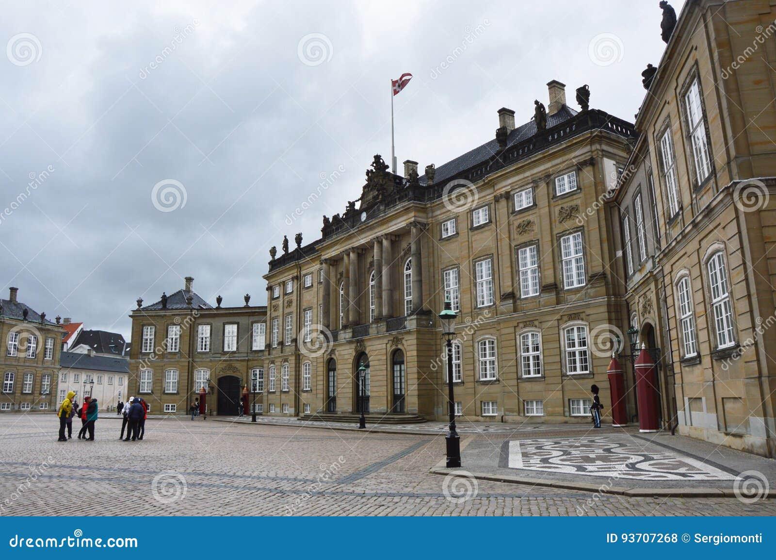 KOPENHAGEN, DENEMARKEN - MEI 31, 2017: Het vierkant van Amalienborgslotsplads met Koninklijke Wachten en toeristen, Kopenhagen, D