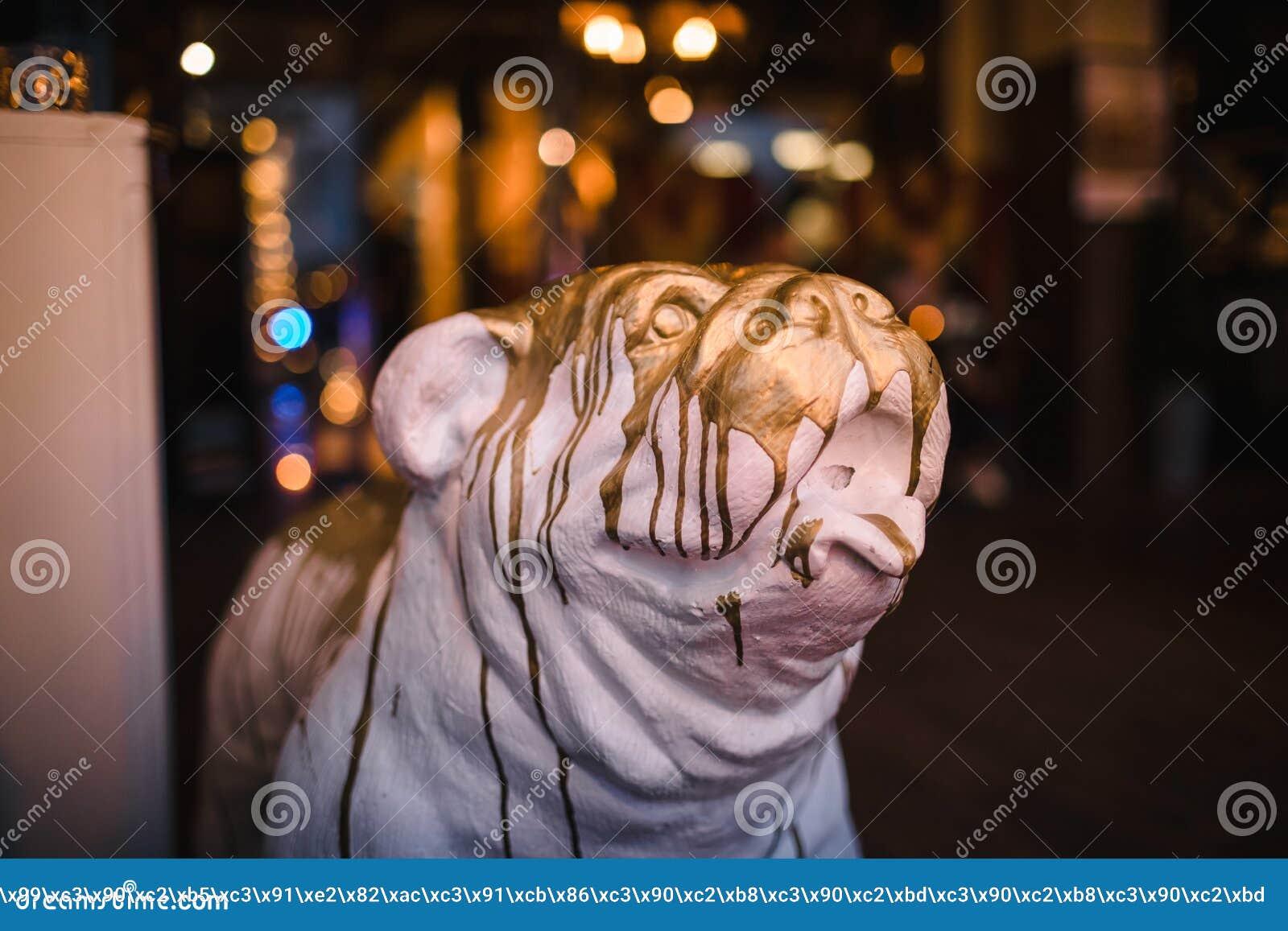 Kopf eines netten keramischen Hundes Zahl Hundekopf, materieller Gips, begossen im Gold