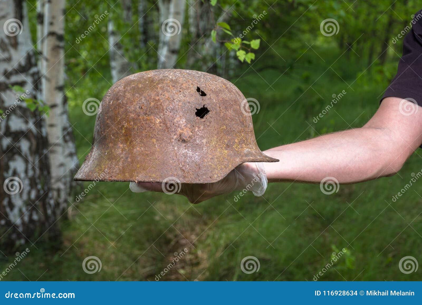 Kopiący w lesie Niemieckiego hełm M35 imitacje WW2 wyzdrowienie Rosja