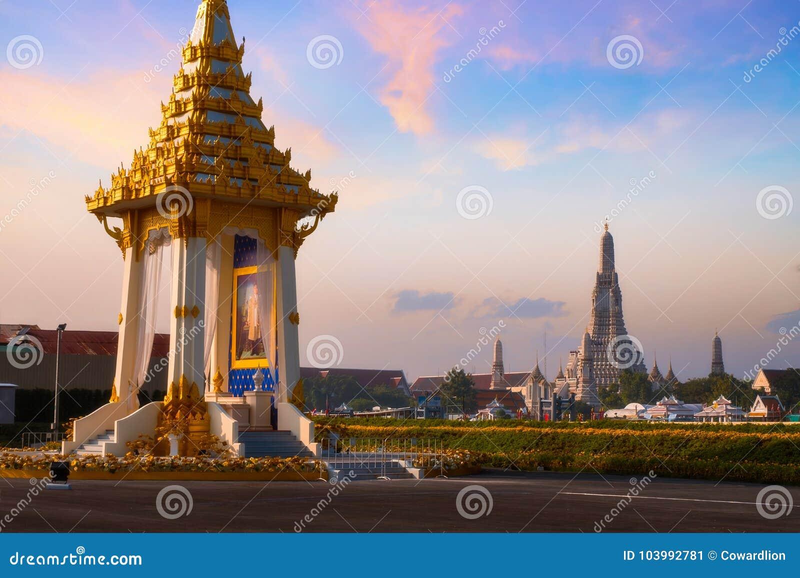 Kopian av den kungliga krematoriet av hans sena konung Bhumibol Adulyadej som för majestät byggs för den kungliga begravningen på
