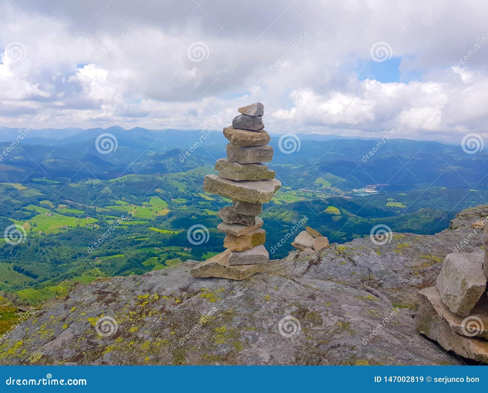 Kopiec &-x28; Inukshuk rocks&-x29; przy wierzcho?kiem losu angeles Rhune g?ra w Atlantyckich Pyrenees Granica mi?dzy Hiszpania i