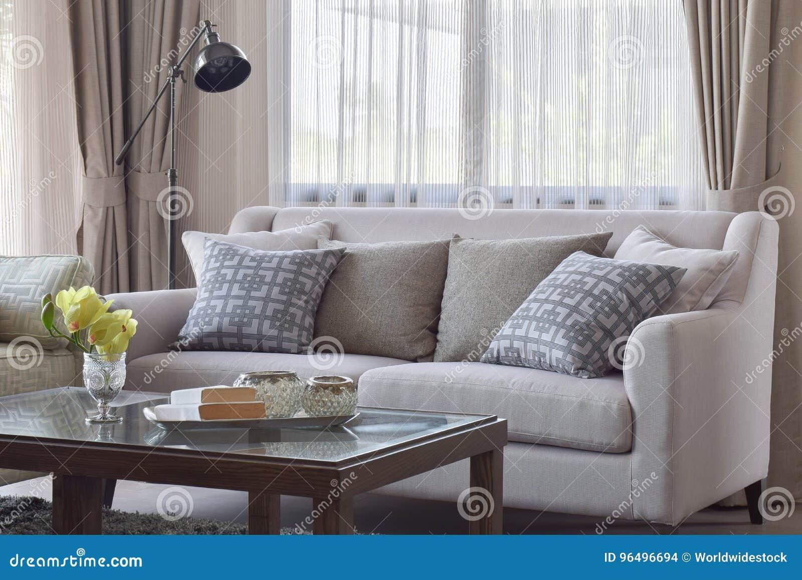 Download Kopieren Sie Die Kissen, Die Auf Beige Sofa Im Wohnzimmer  Einstellen Stockfoto   Bild