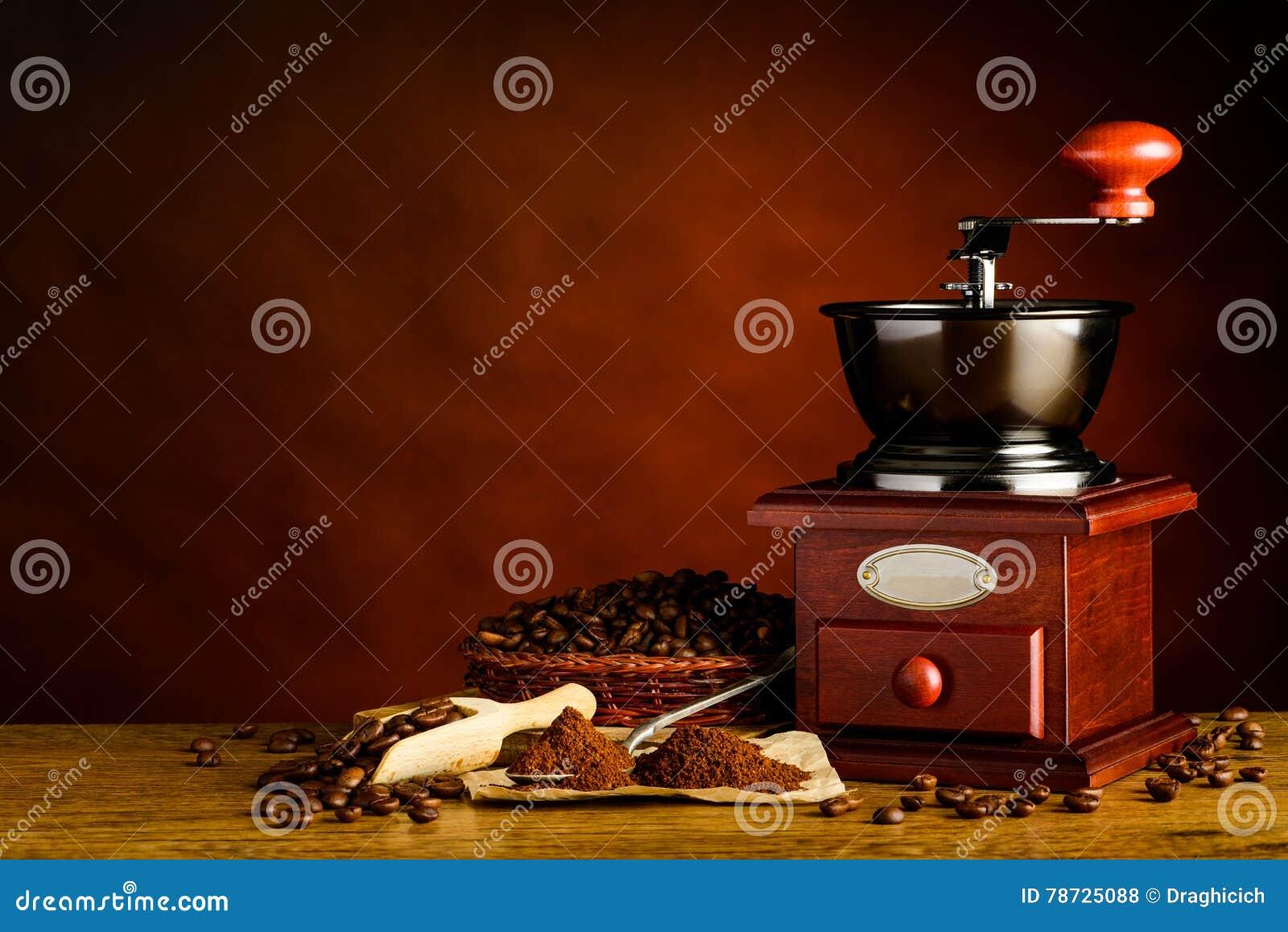 Kopieringsutrymme med den grillade kaffebönor och molar