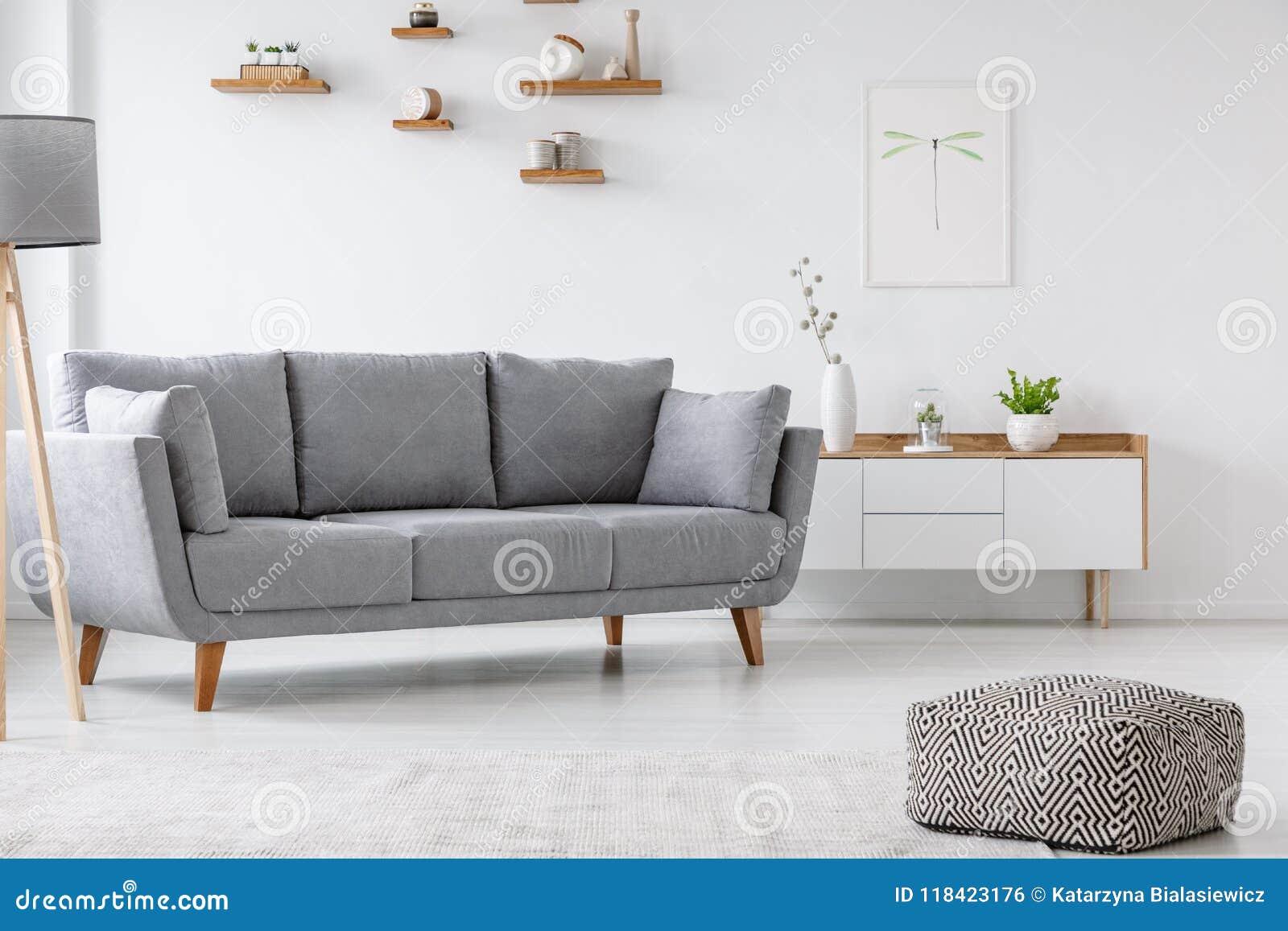 Kopierter Puff Und Graue Couch In Minimales Wohnzimmer Innenwi