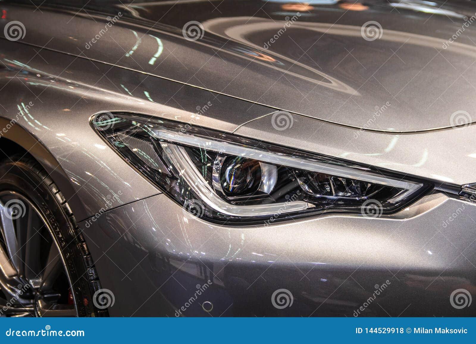 Koplamp van grijze moderne auto met LEIDEN licht