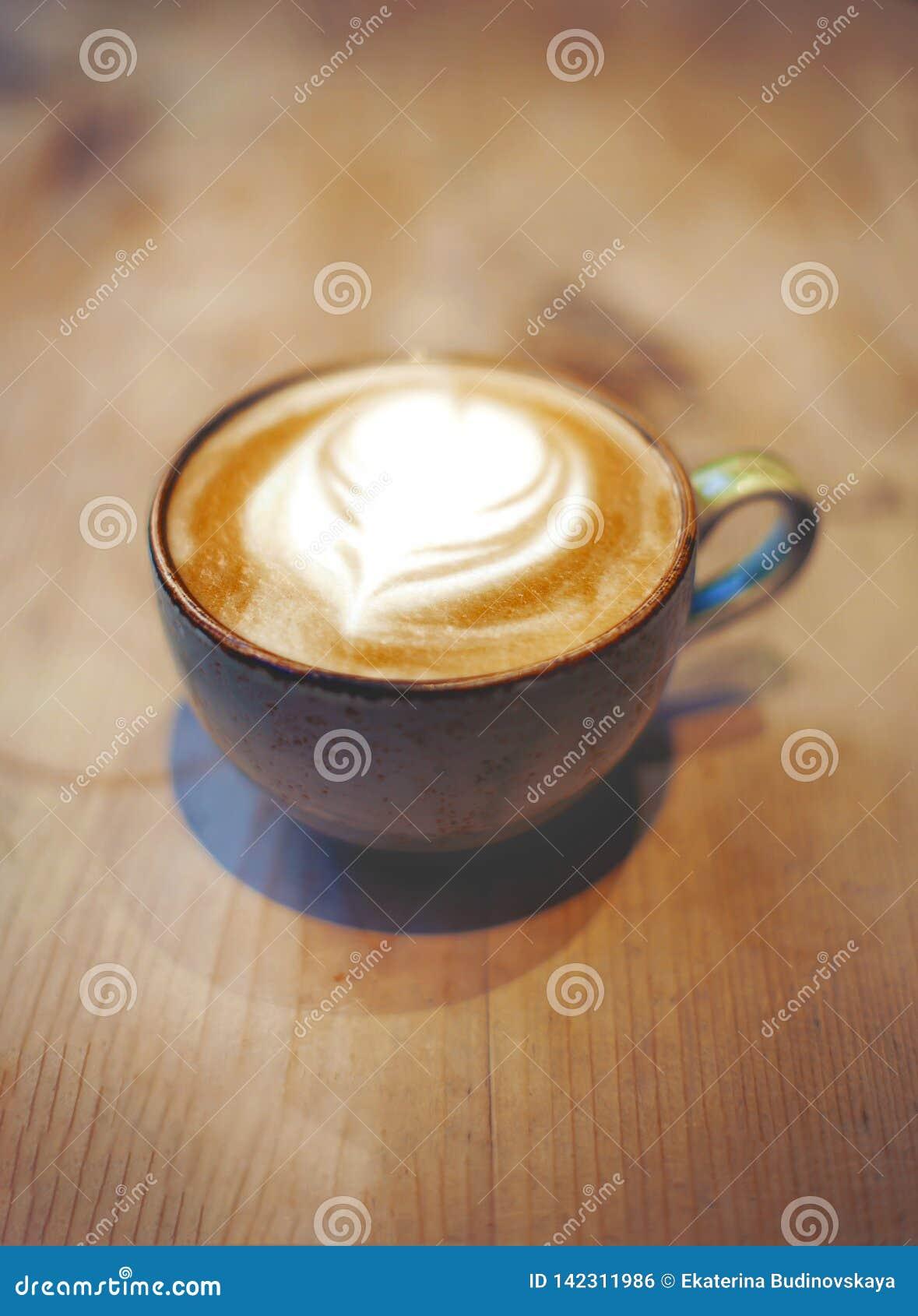 Kopp av latte på tabellen