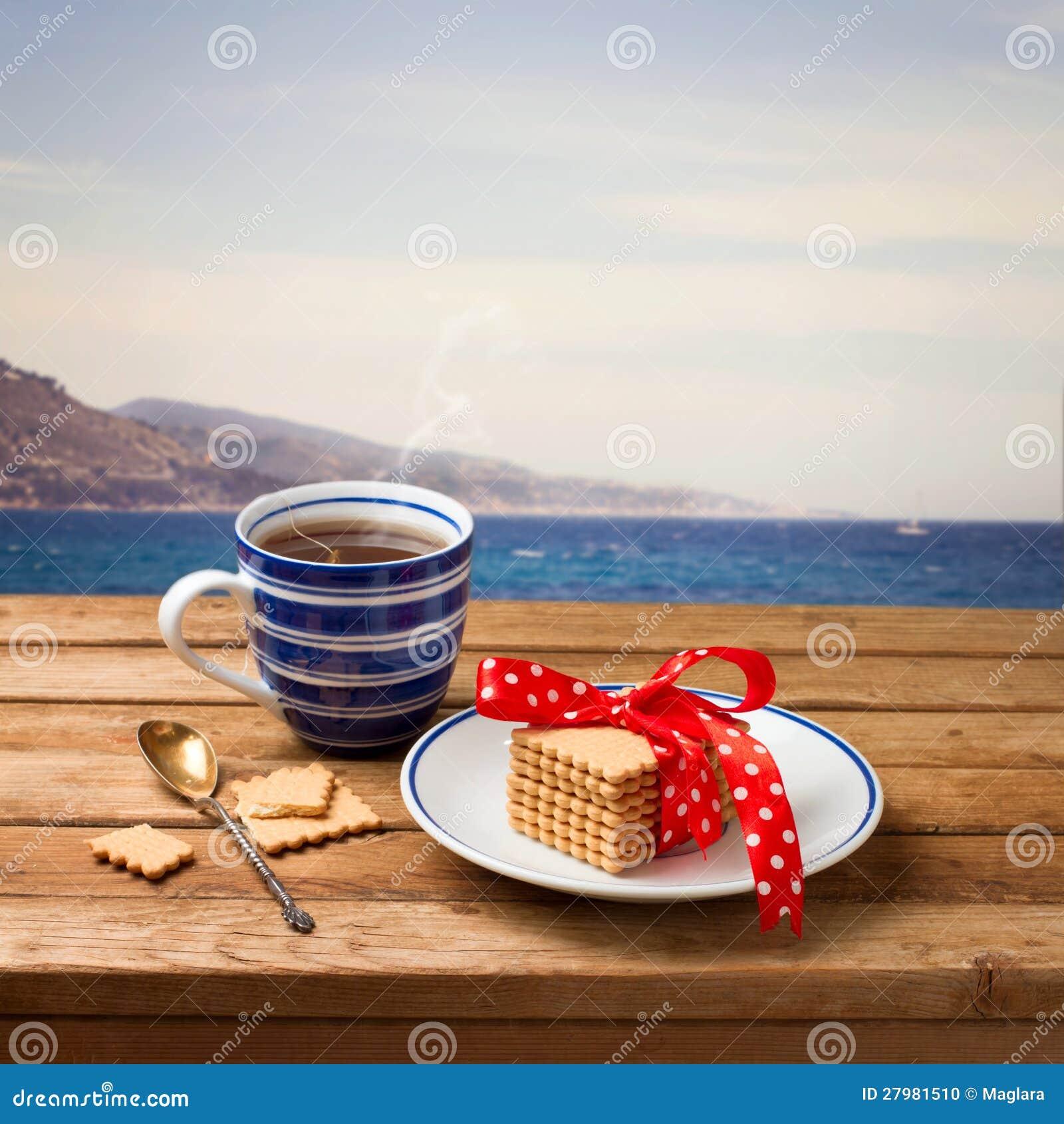 Kopp av tea med kakor