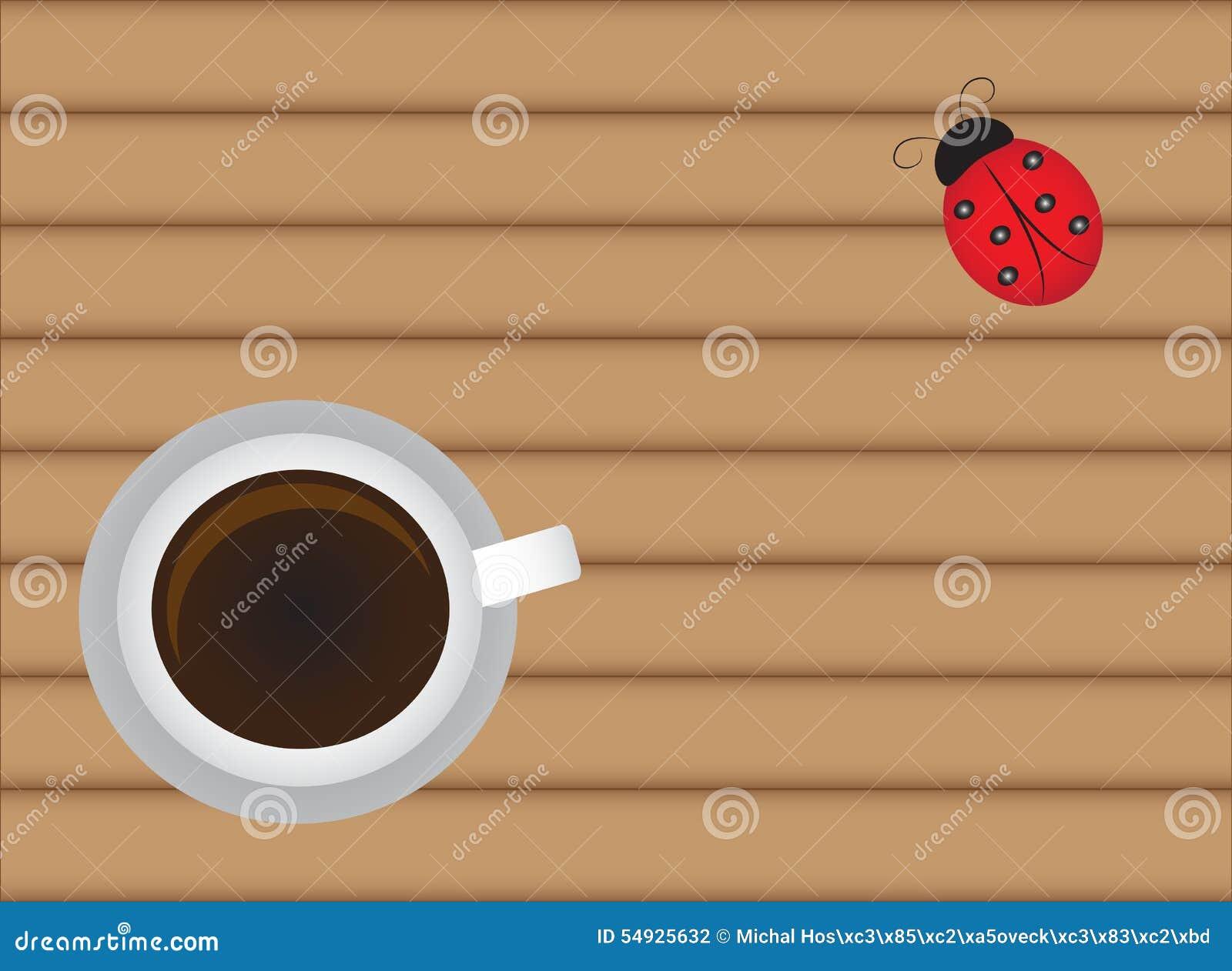 Kopp av varmt kaffe på den wood tabellen med den gulliga nyckelpigan