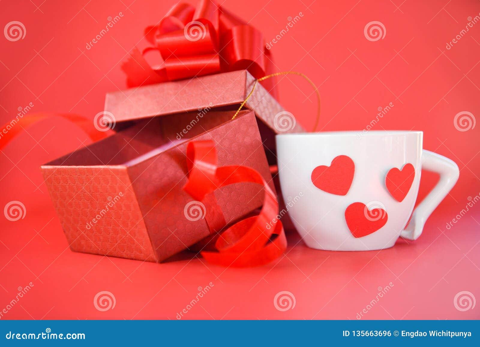 Kopp för öppen gåvaask och för vitt kaffe med röd hjärtavalentindag på röd bakgrund