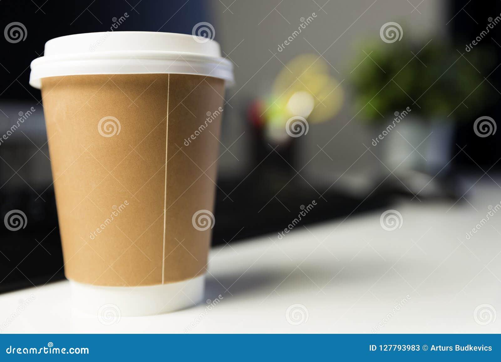 Kopp kaffe i regeringsställning bredvid datoren Arbetande sent begrepp