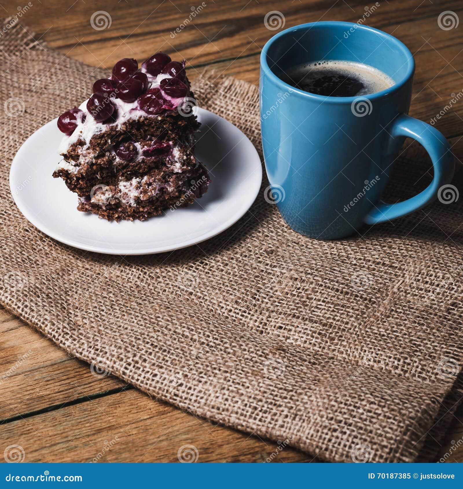 Kopp kaffe och körsbärsröd kaka