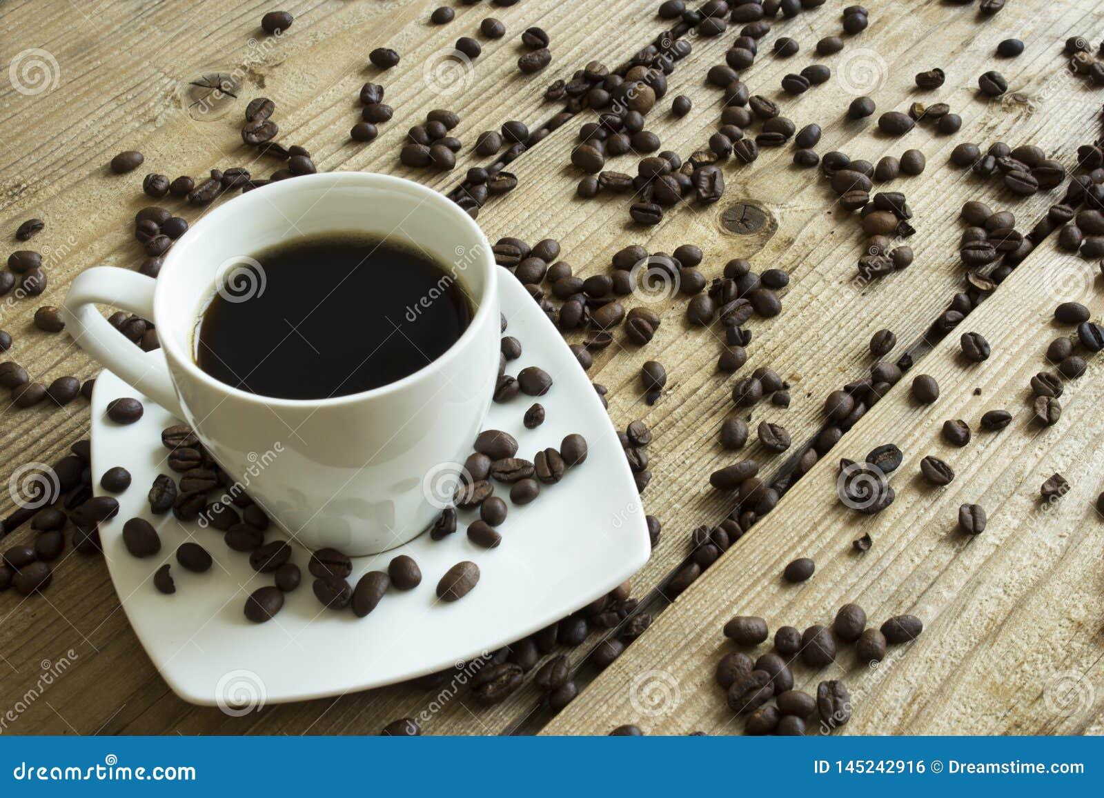 Kopp kaffe och kaka p? tr?tabellen