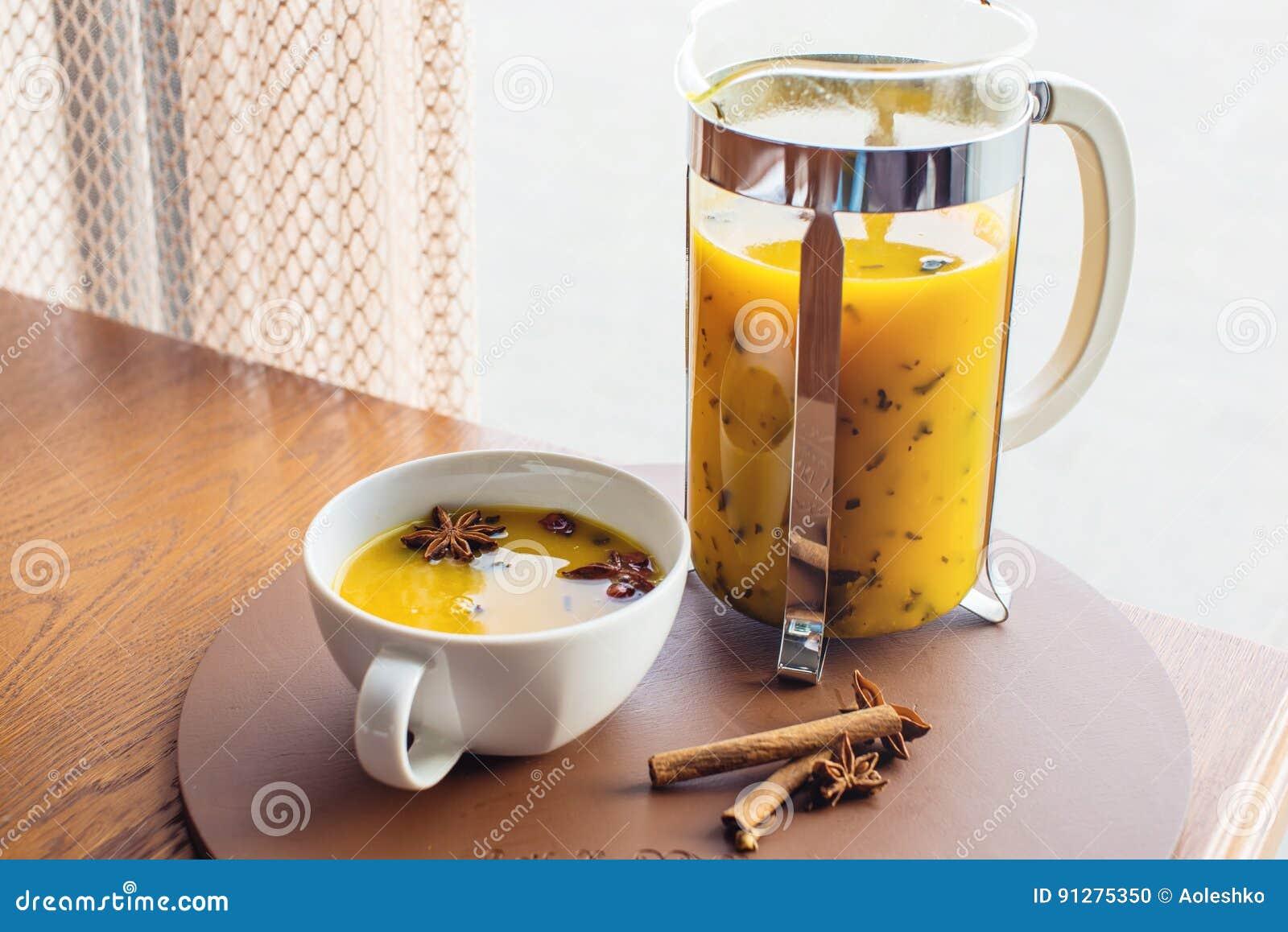Kopp- och exponeringsglastekanna med kryddigt fruktte med apelsinen