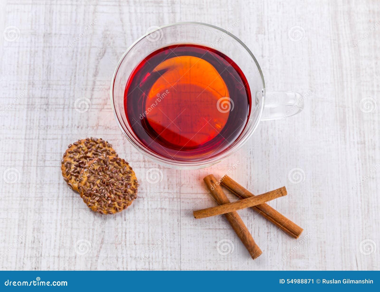 Kopp te med mintkaramellen på sidaträtabellen
