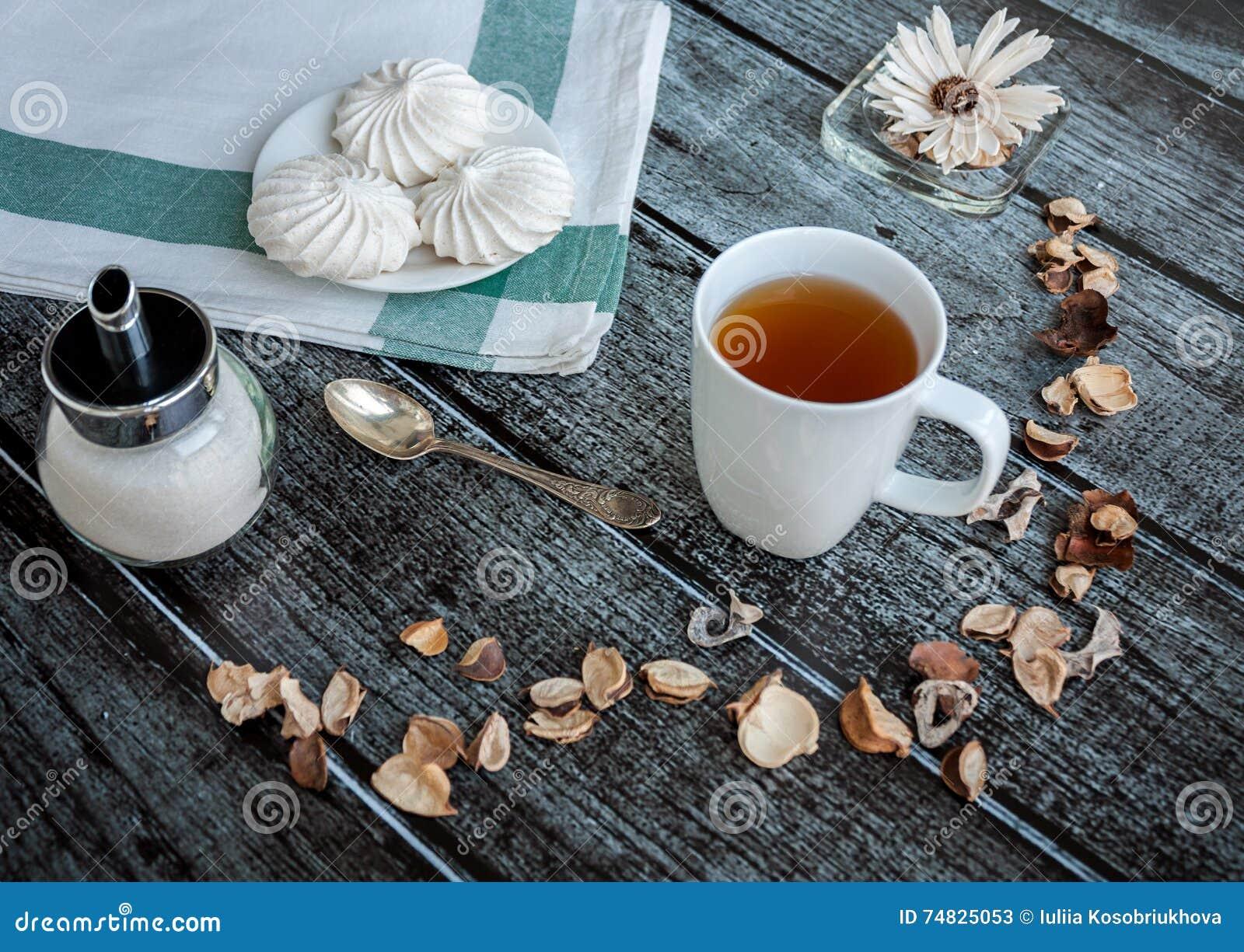 Kopp te och maräng
