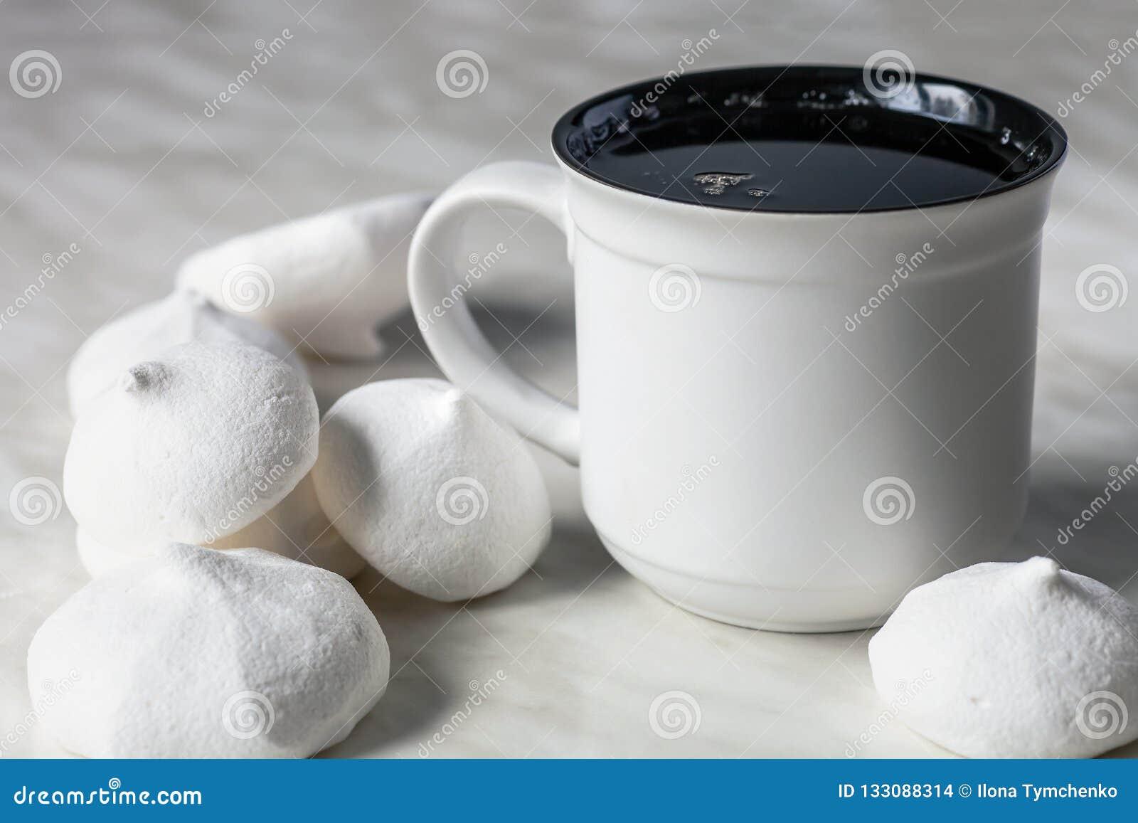 Kopp te och marängar på tabellen