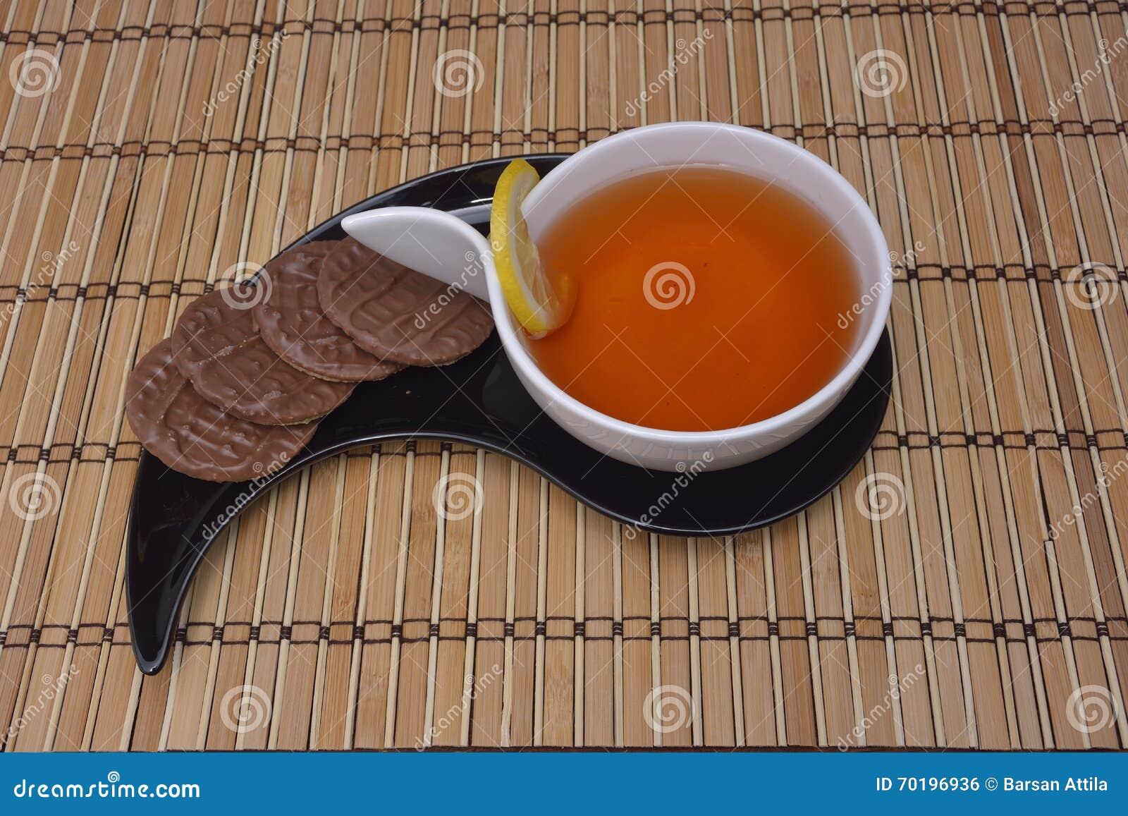 Kopp te och smällare på trä