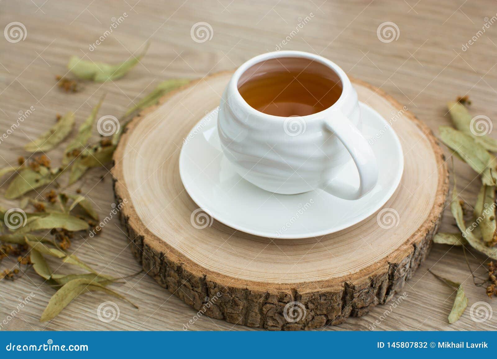 Kopp te på en träpalett