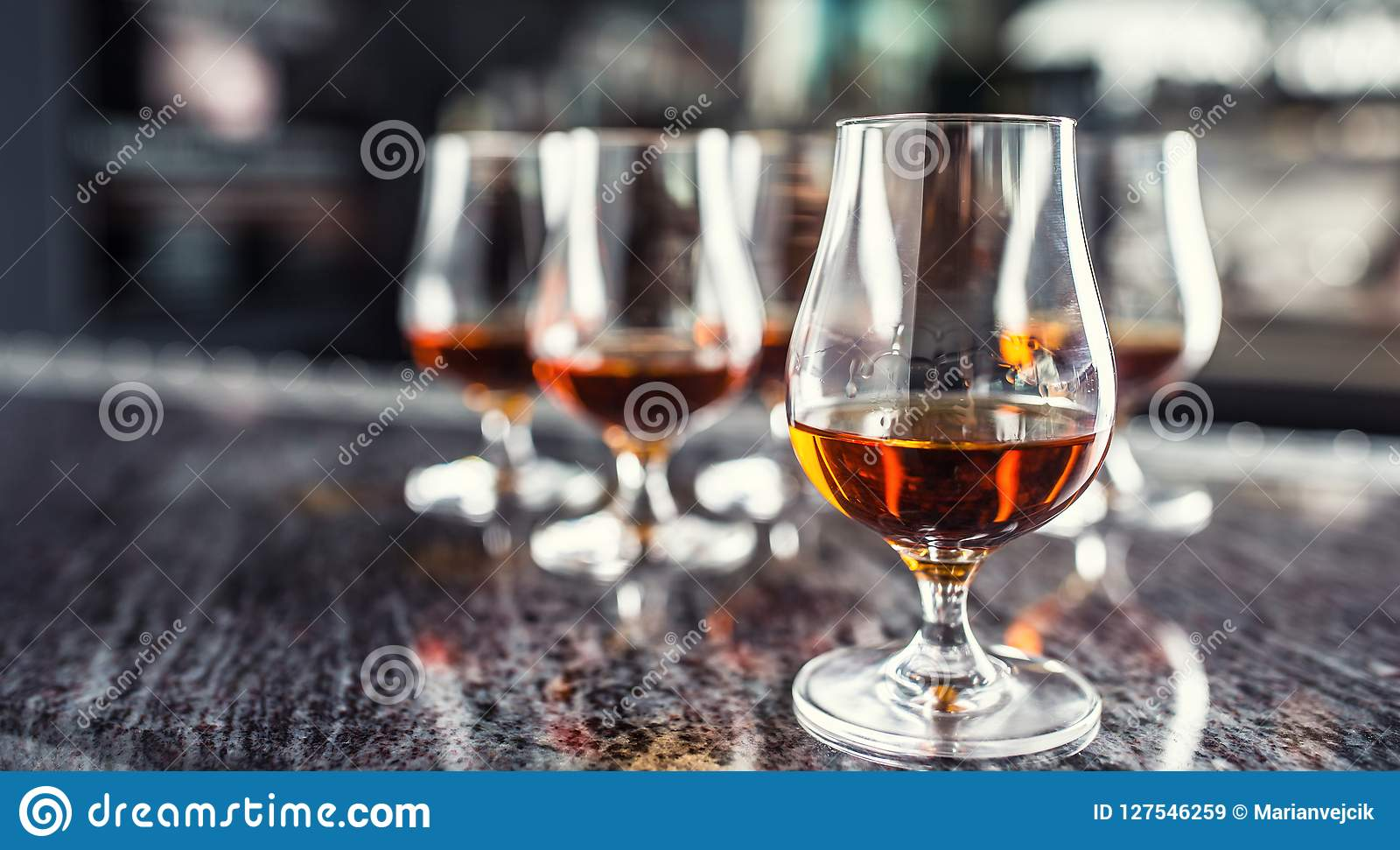 Koppar med en drink för för konjakromkonjak eller whisky