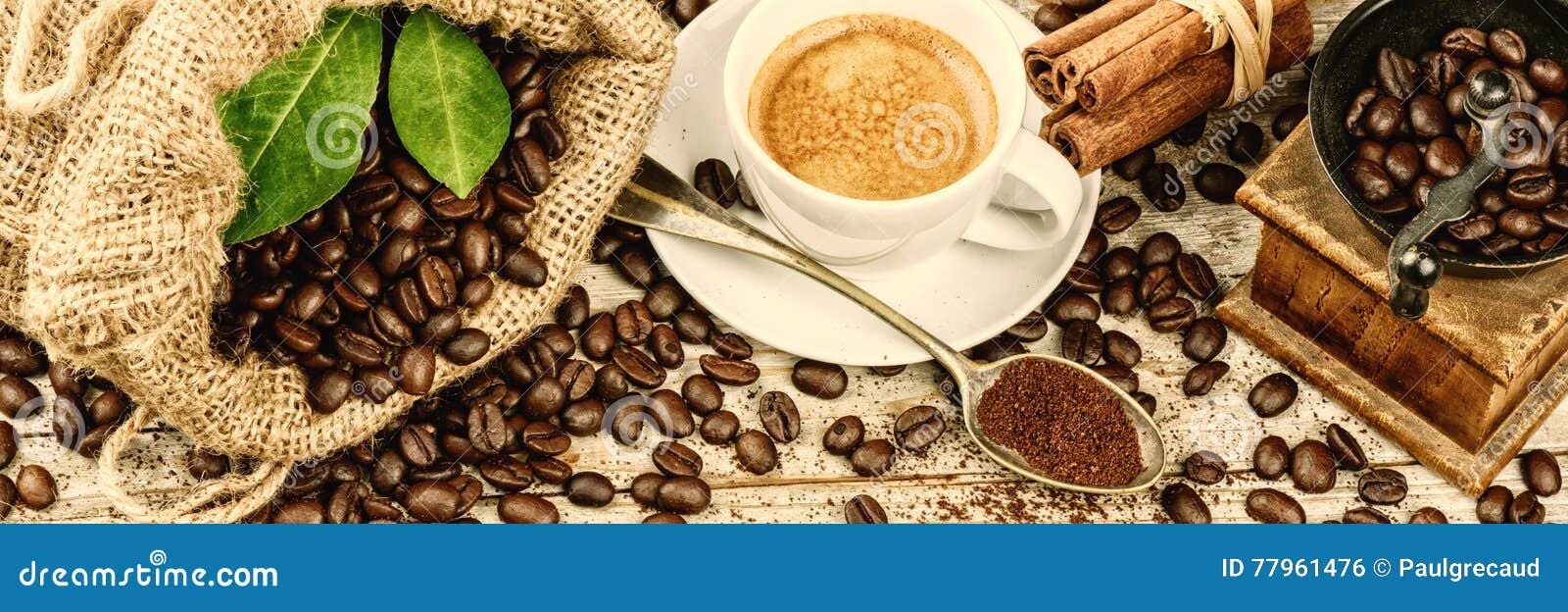 Koppen av varmt svart kaffe med gammalt trä maler molar och säckväv