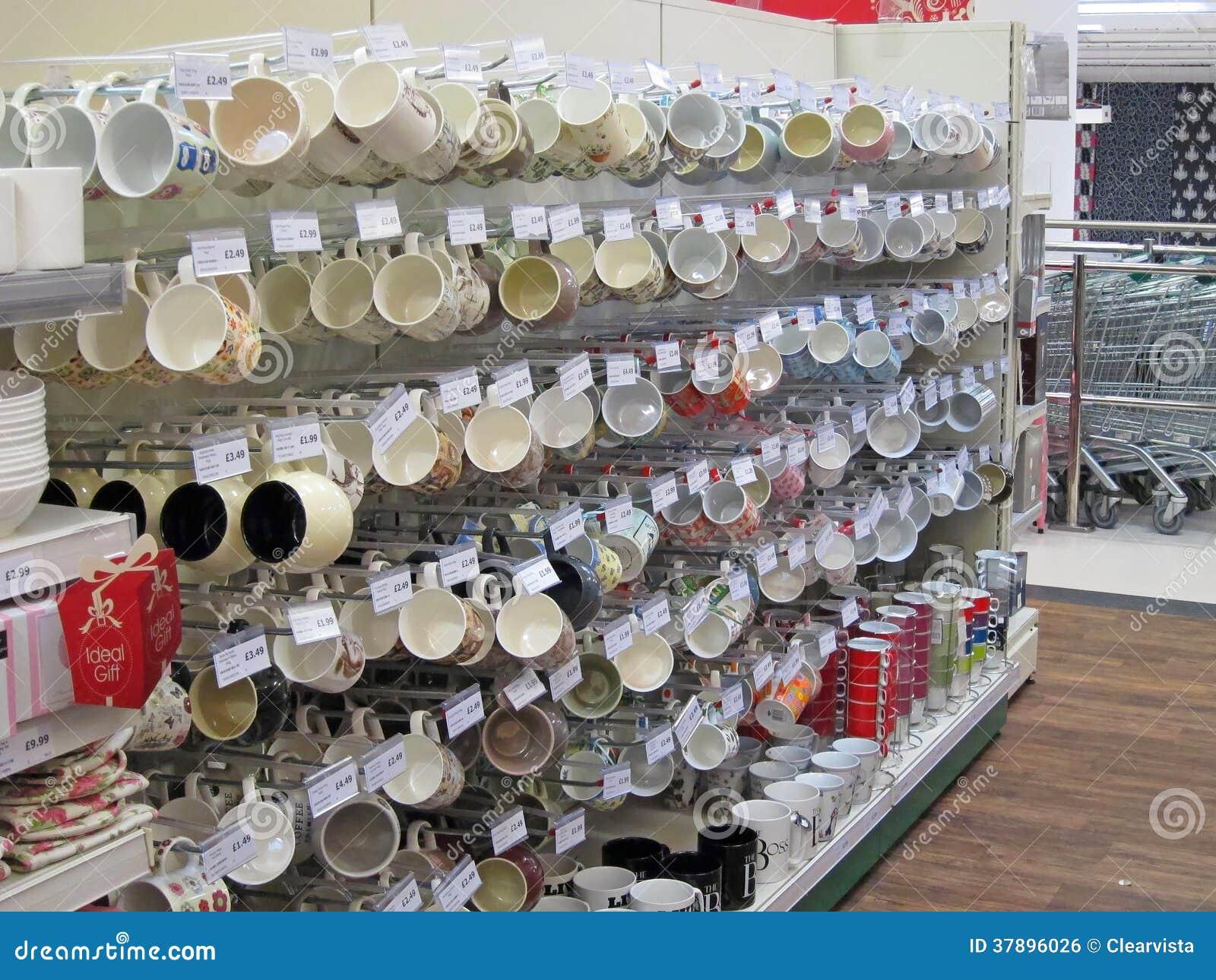 Koppen en mokken voor verkoop in een opslag.