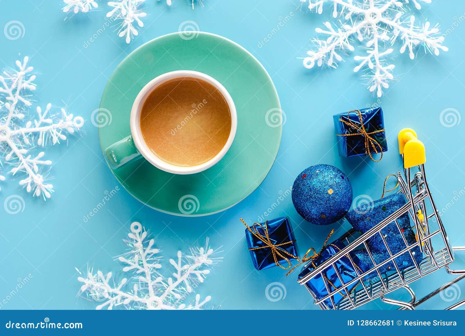 Koppen kaffe med Xmas-snöflingan, gåvaask, blänker bollar och b