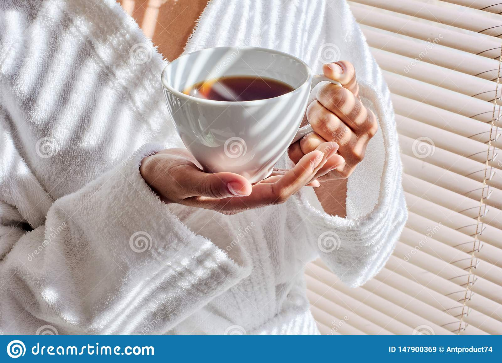 Koppkvinnlign hands holdingtea