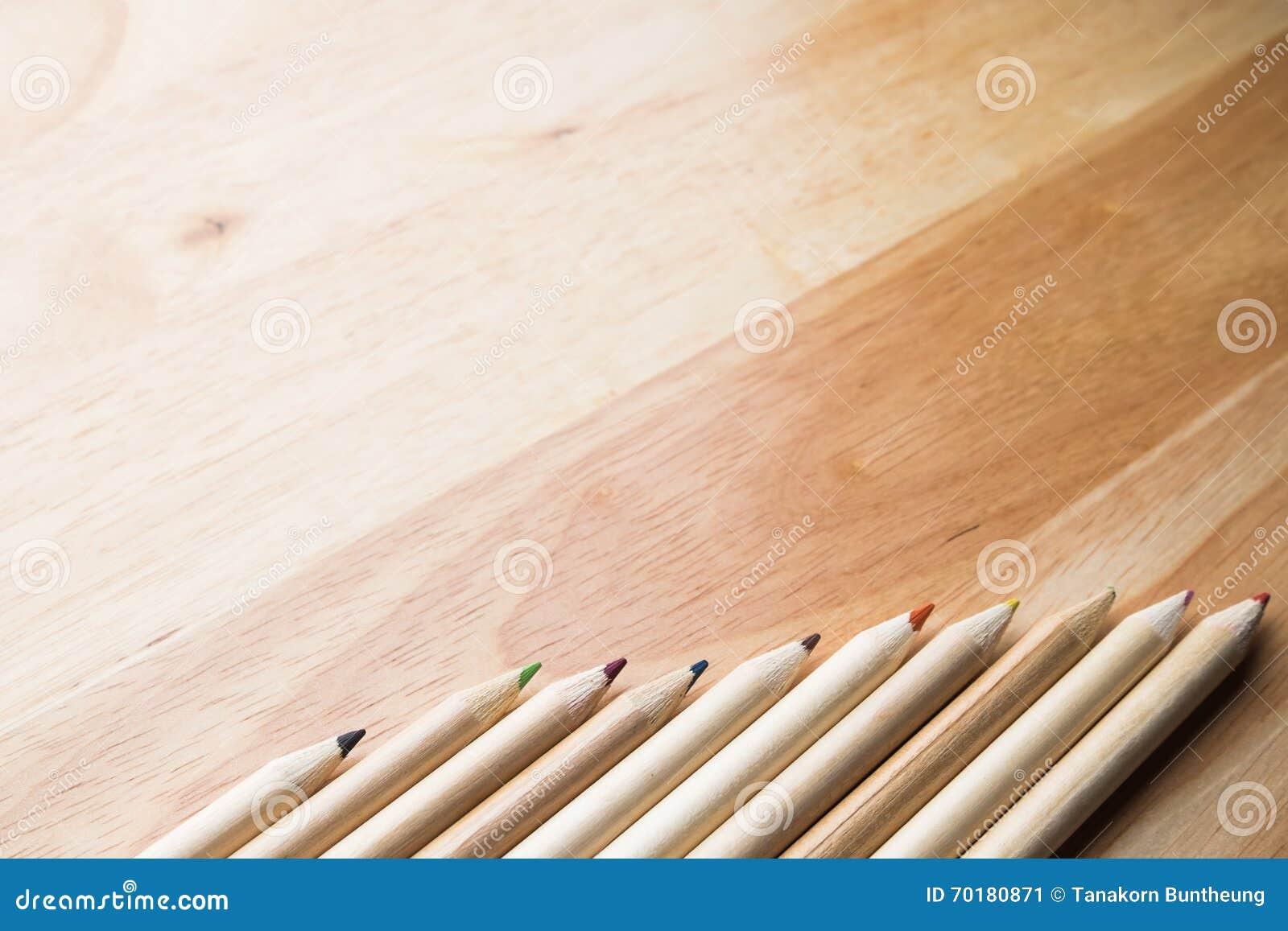 Koppla av färgblyertspennan på den wood tabellen