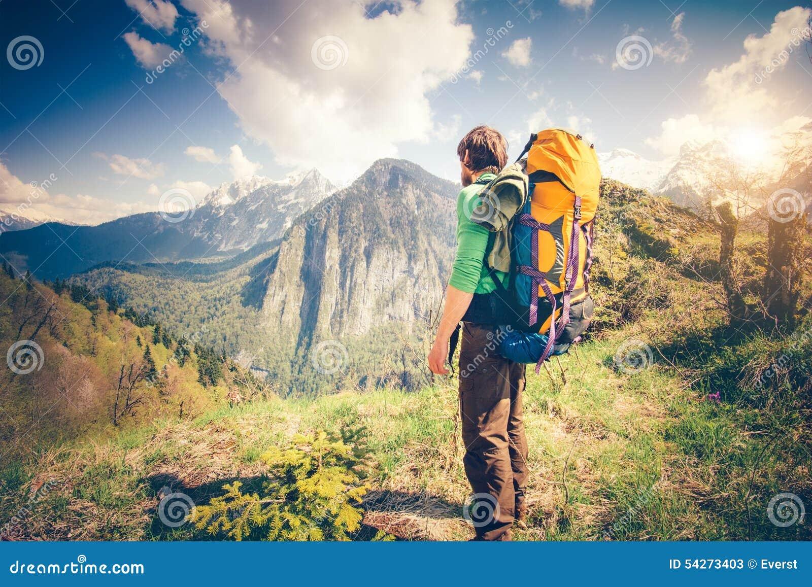 Koppla av för handelsresande för ung man som är utomhus- med berg på bakgrund
