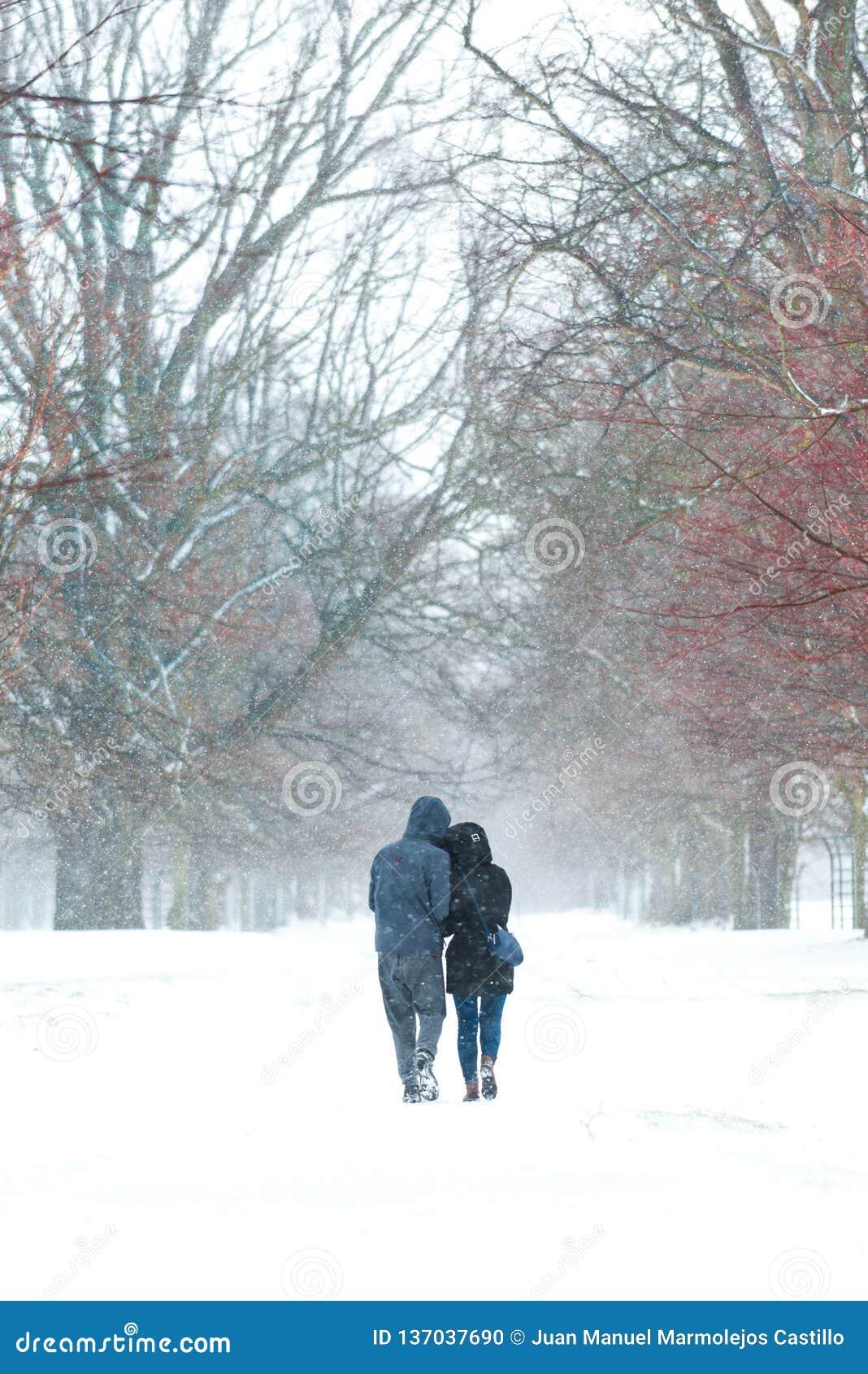 Koppla ihop att gå tillsammans på snön