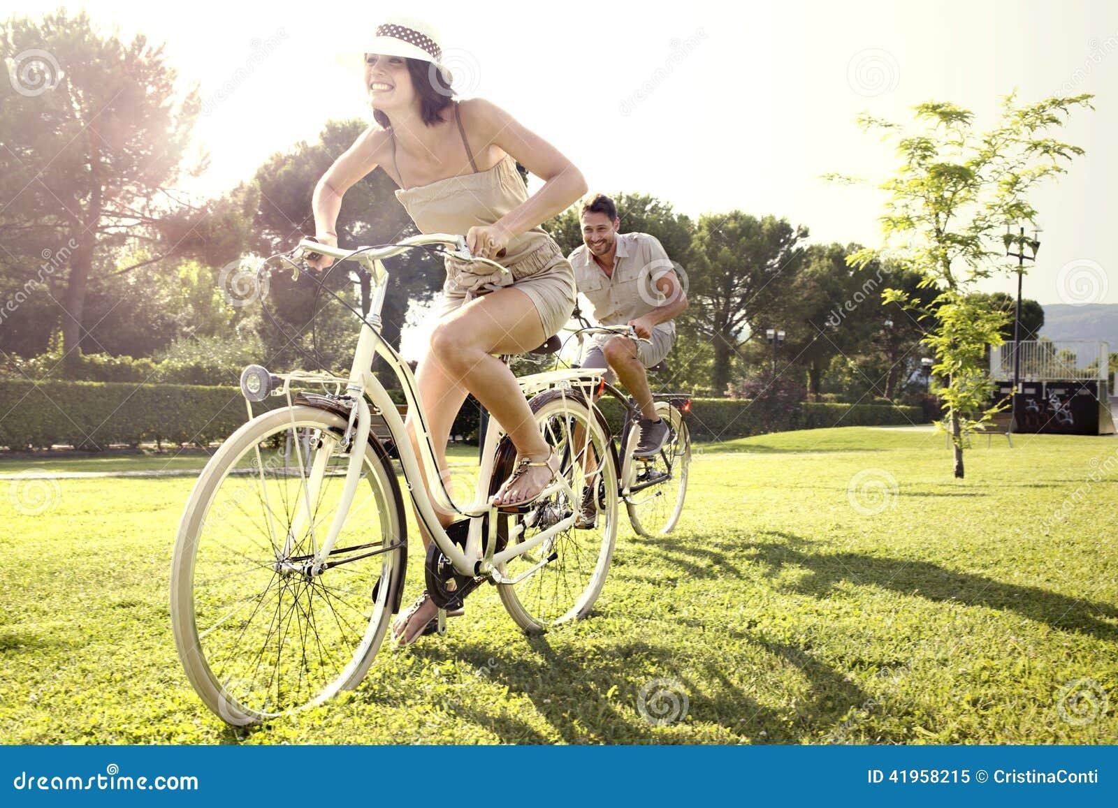 Koppla ihop att ha gyckel med cykeln på ferie till sjön
