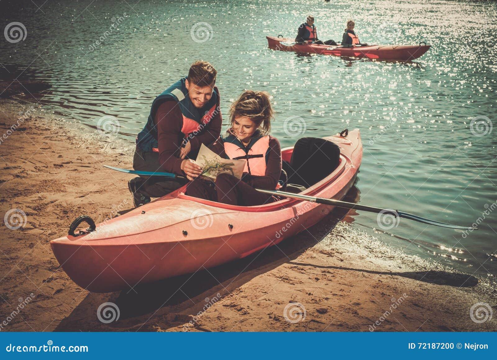 Koppla ihop att läsa en översikt i kajaker på en strand