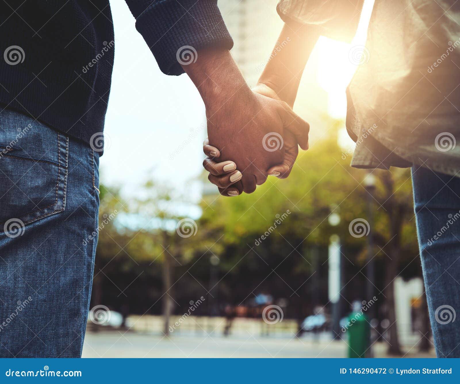 Koppla ihop att rymma händerna tillsammans på det fria
