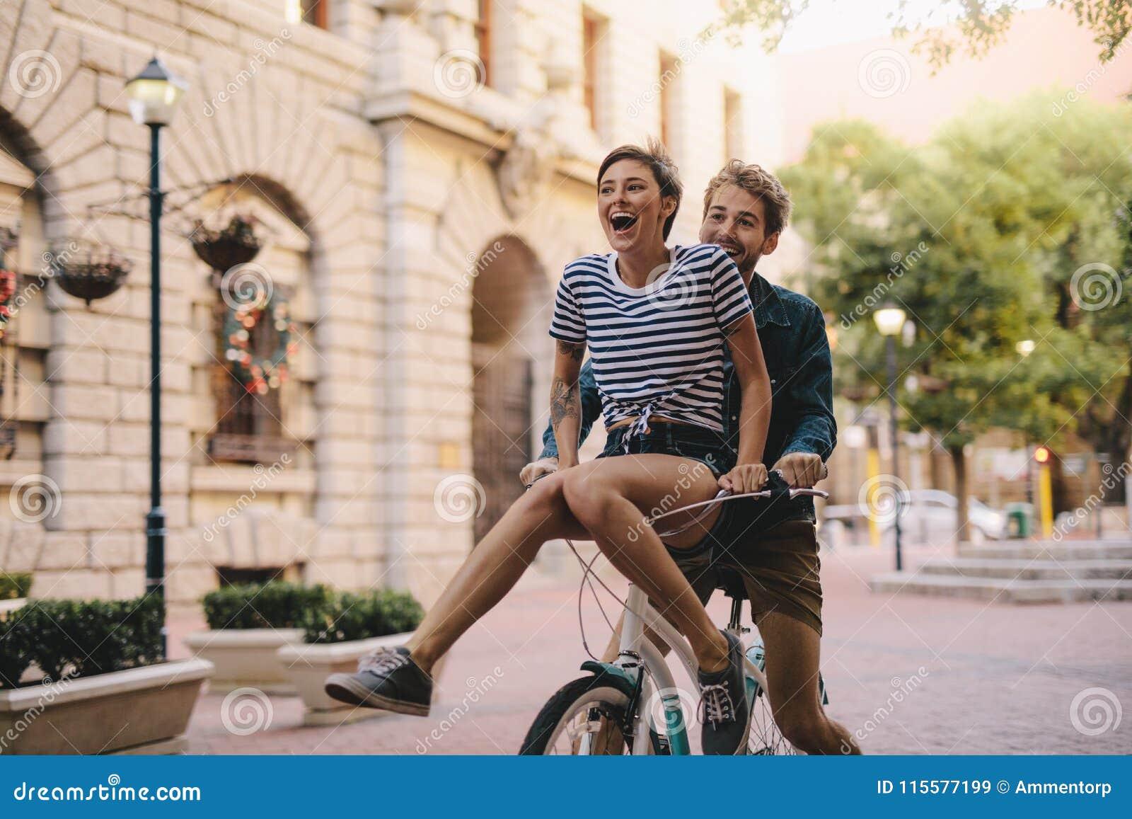 Koppla ihop att tycka om en cykelritt i staden