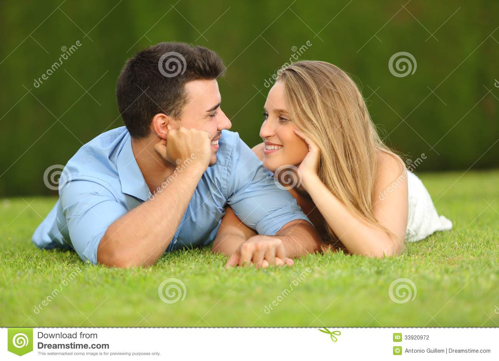 Koppla ihop den förälskade datummärkningen och att se sig som ligger på gräset