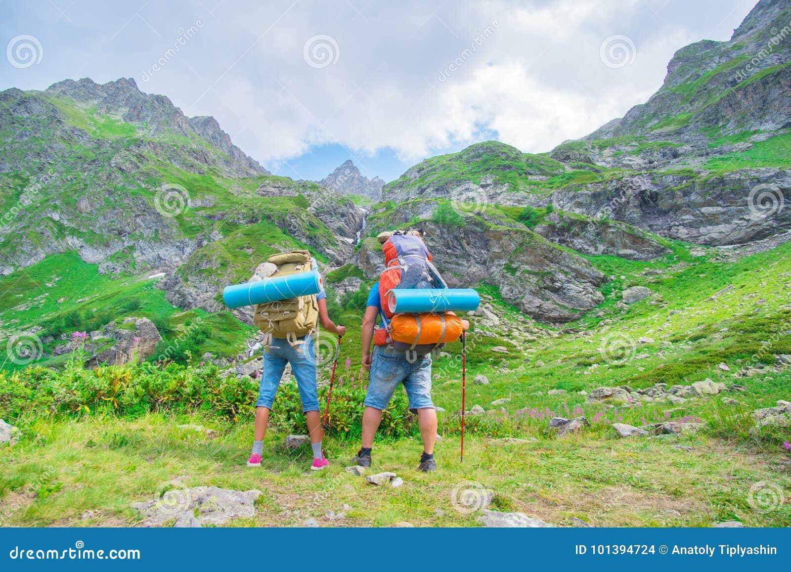 Koppla ihop den fotvandraremannen och kvinnan för twp den turist- med ryggsäcken