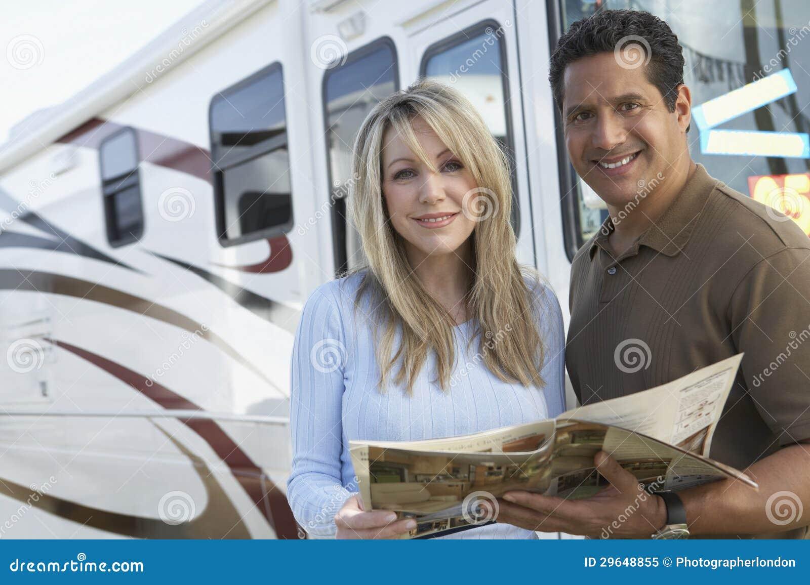 Koppla ihop den hållande broschyren