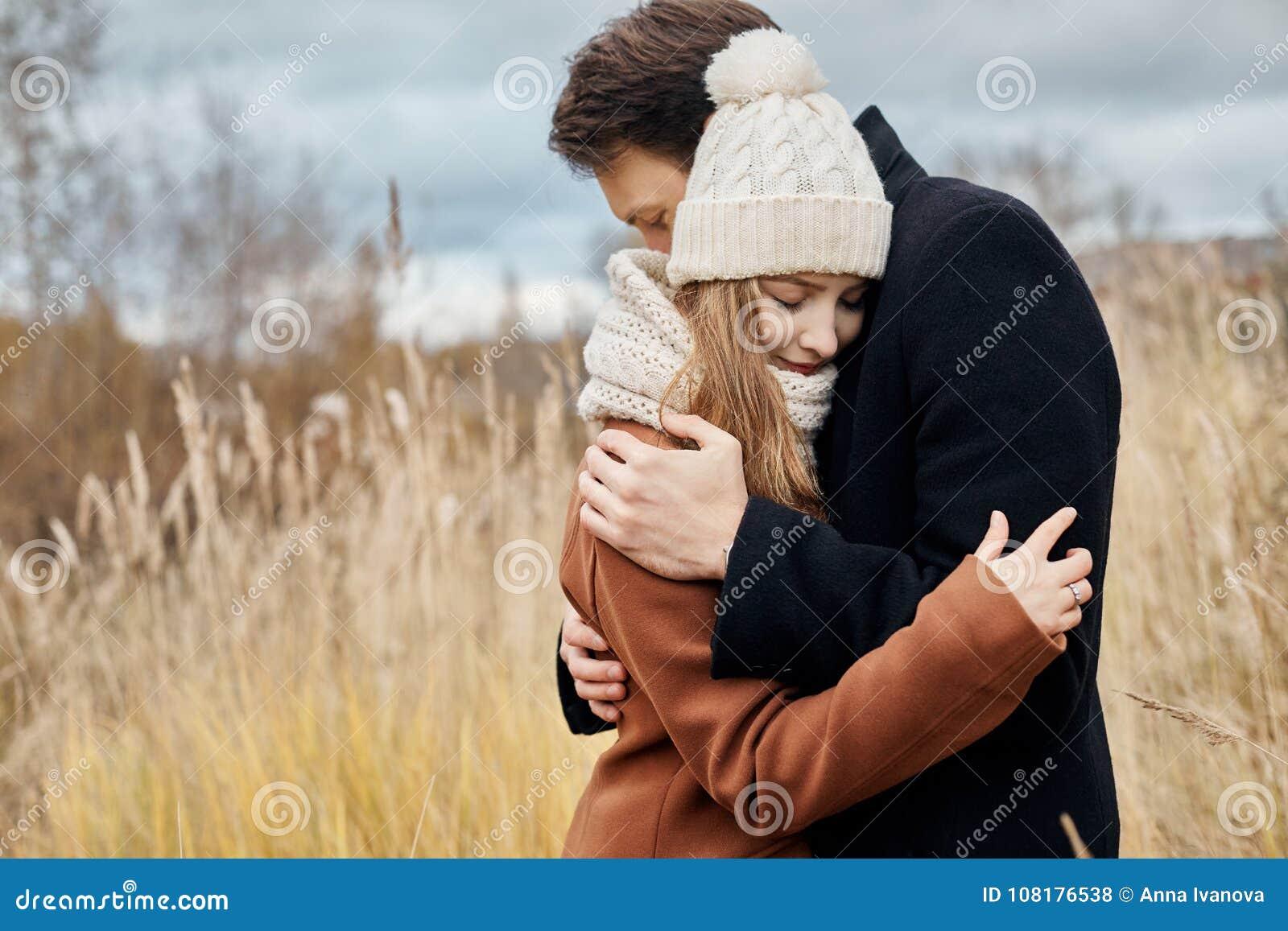 Koppla ihop förälskat gå i parkera, dag för valentin` s En man och en kvinna omfamnar och kysser, ett förälskat par, mjuka känslo