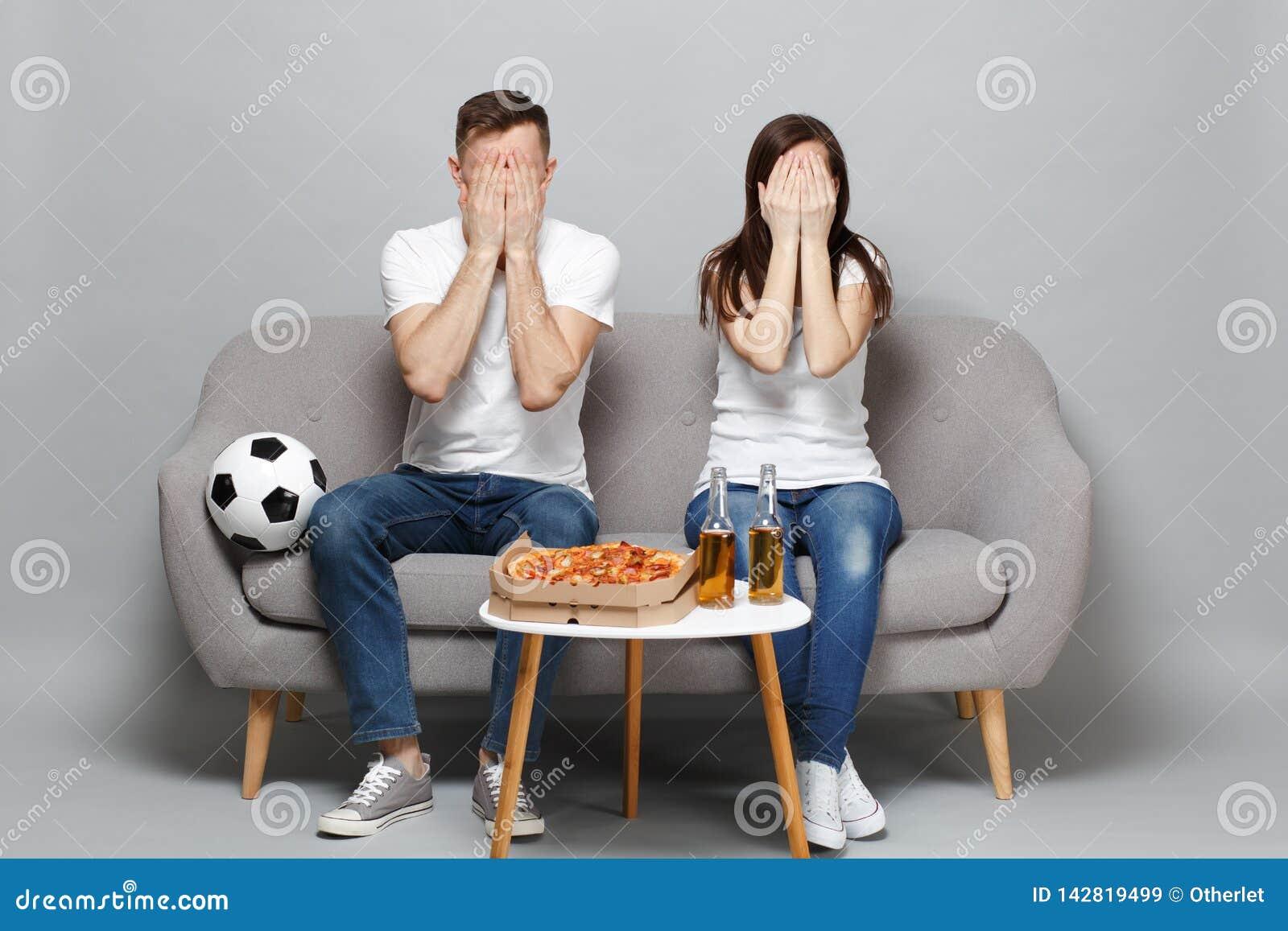 Koppla ihop kvinnamanfotbollsfan i vitt t-skjortan jubel upp service som det favorit- laget som täcker framsidan med, gömma i han