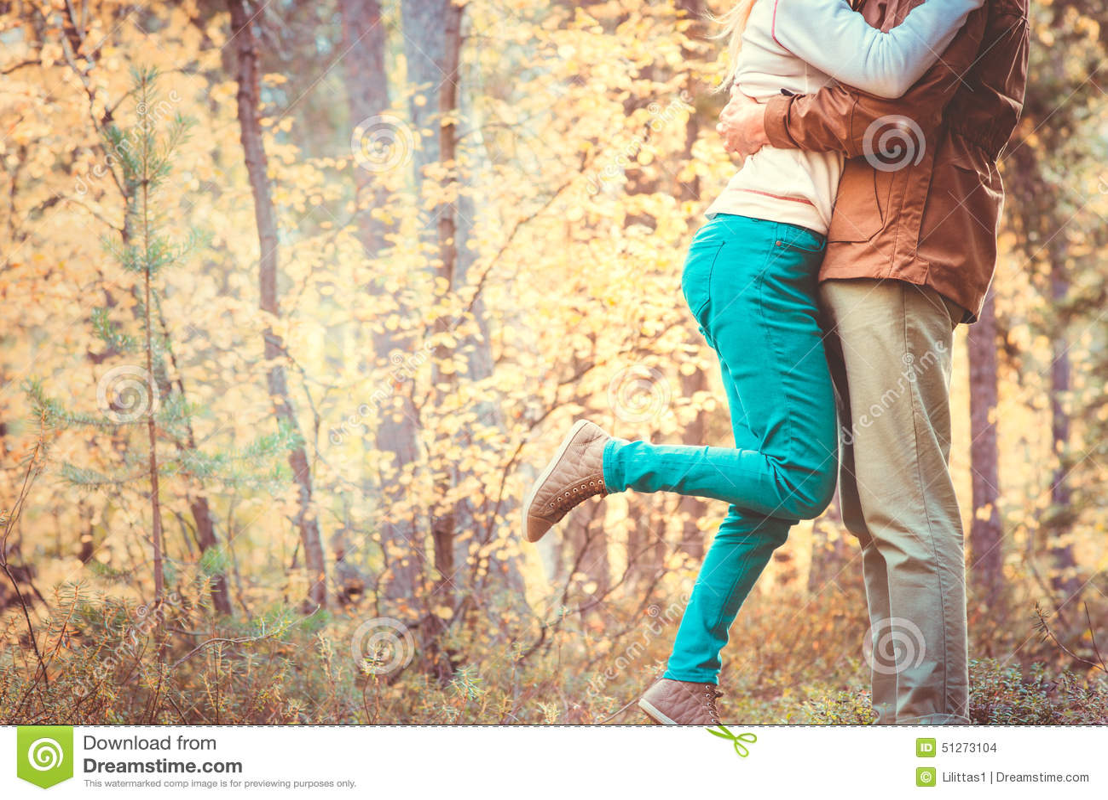 Koppla ihop mannen och kvinnan som kramar förälskad romantisk utomhus- livsstil
