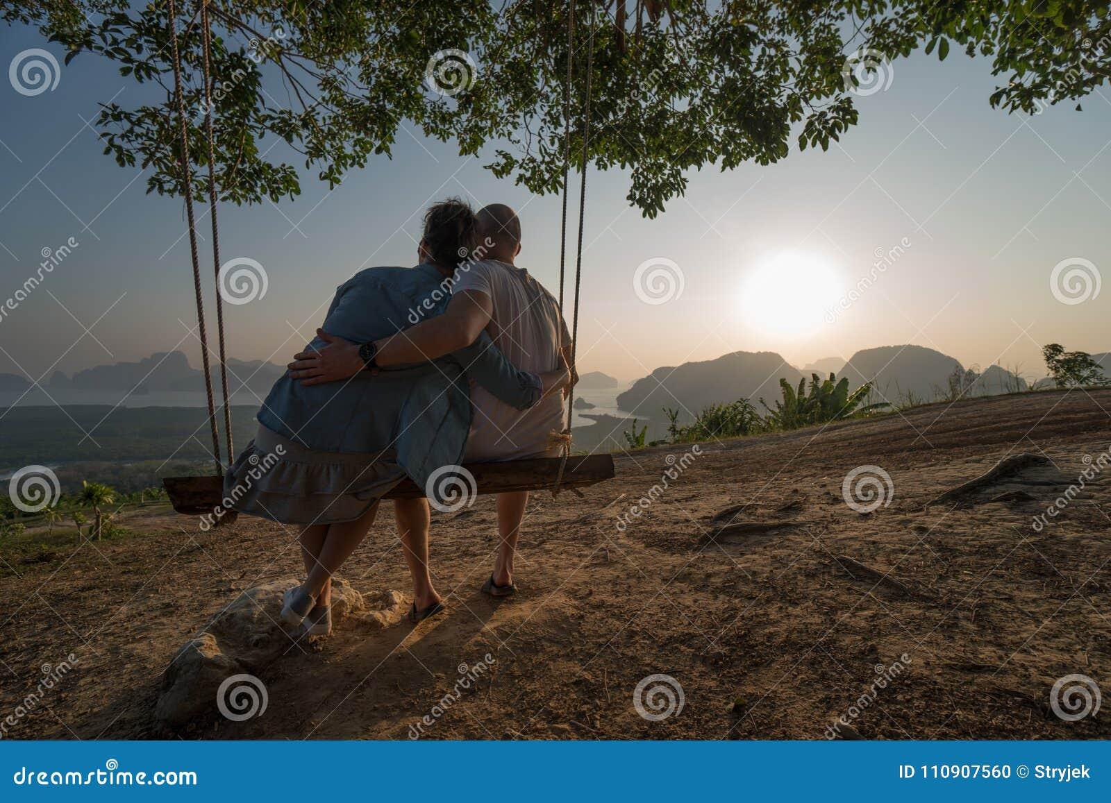 Koppla ihop på bänken över härligt tropiskt berglandskap