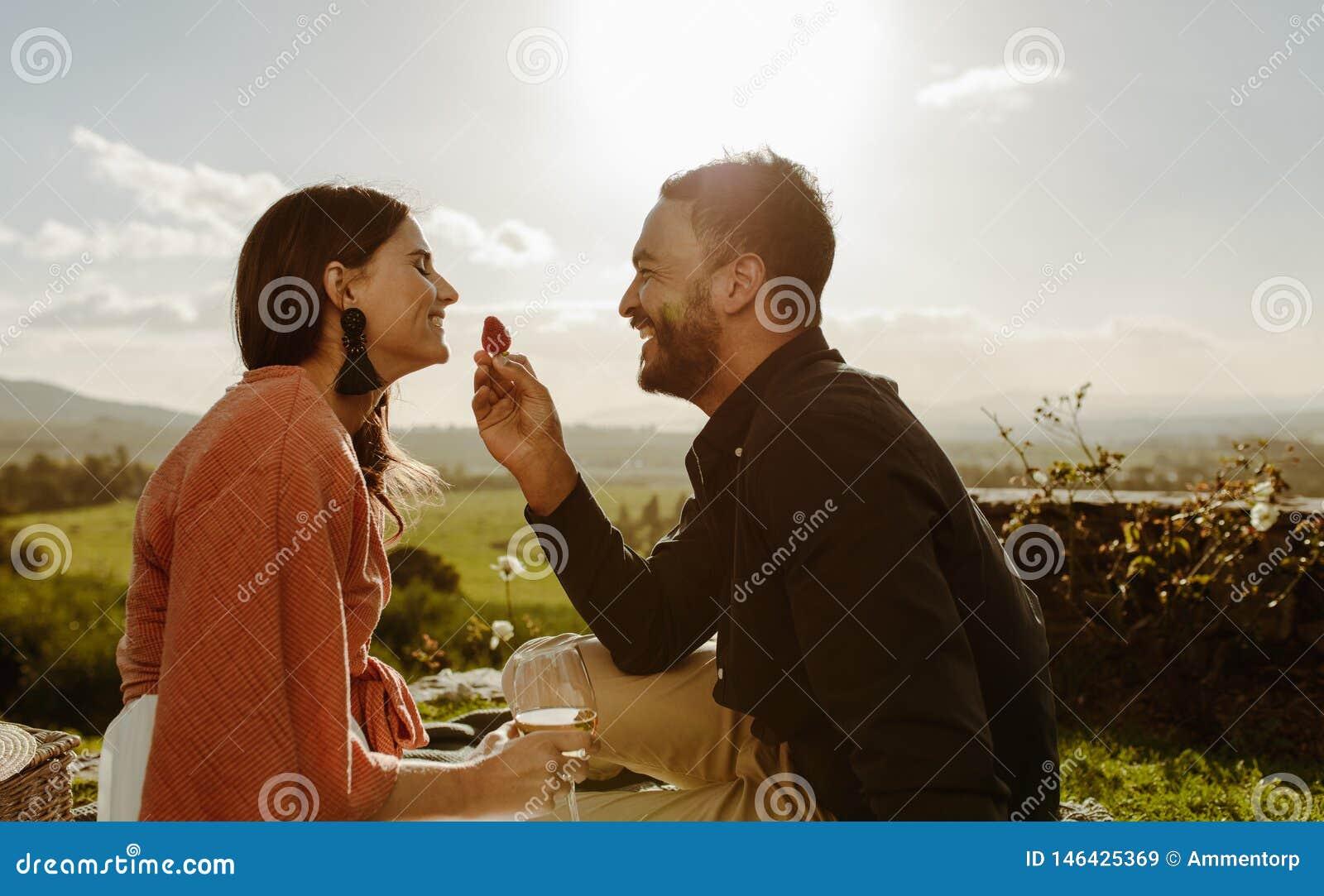 Koppla ihop på ett romantiskt datum som sitter i en vingård