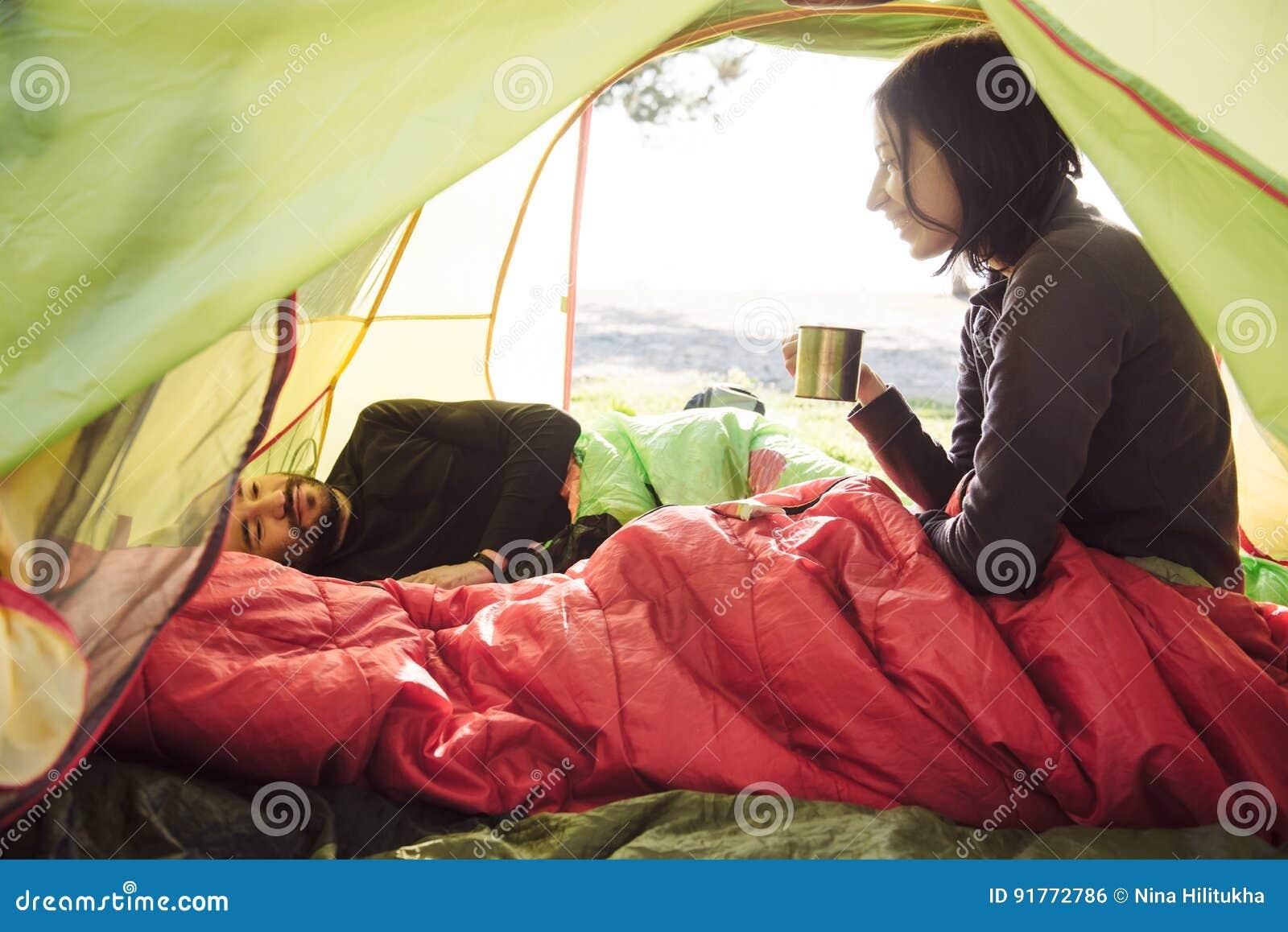 Kvinna Som Ligger I Ett Tält Med Kaffe, Sikt Av Berg Och