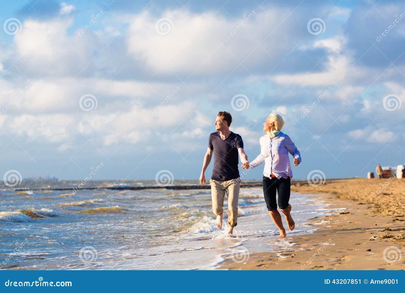 Download Koppla Ihop Spring Till Och Med Sand Och Vågor På Stranden Fotografering för Bildbyråer - Bild av kust, wind: 43207851