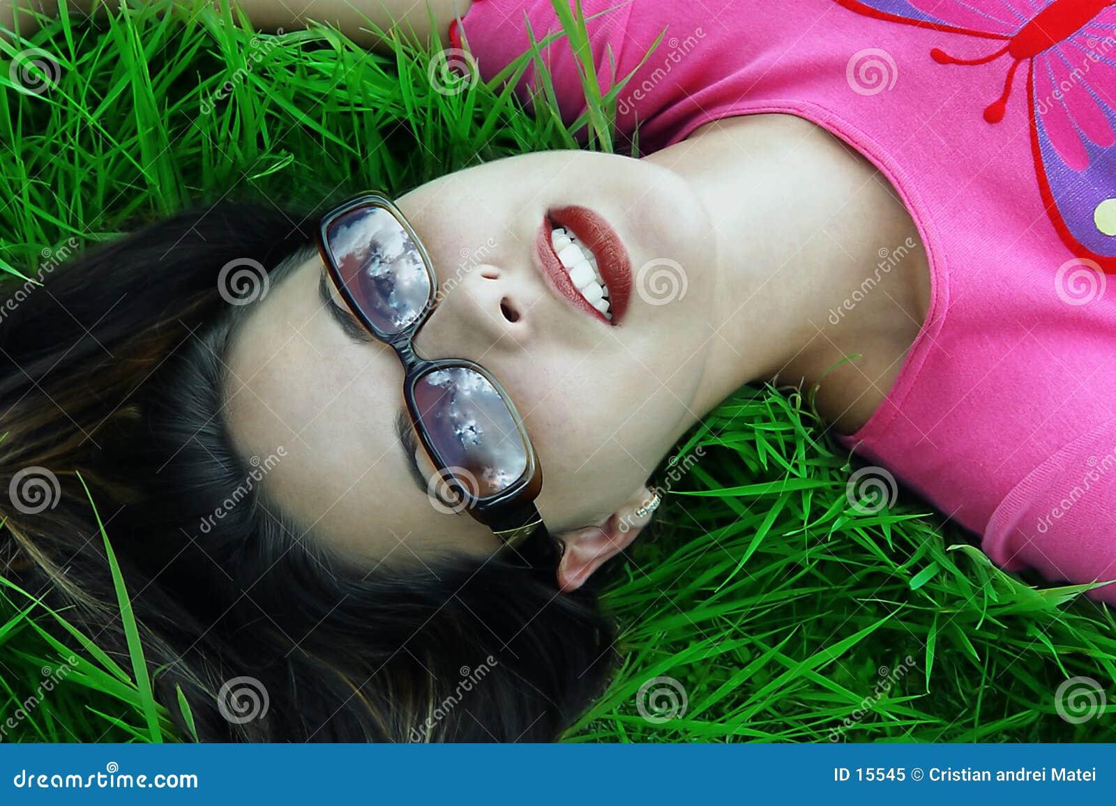 Kopplad av dagdrömma flicka